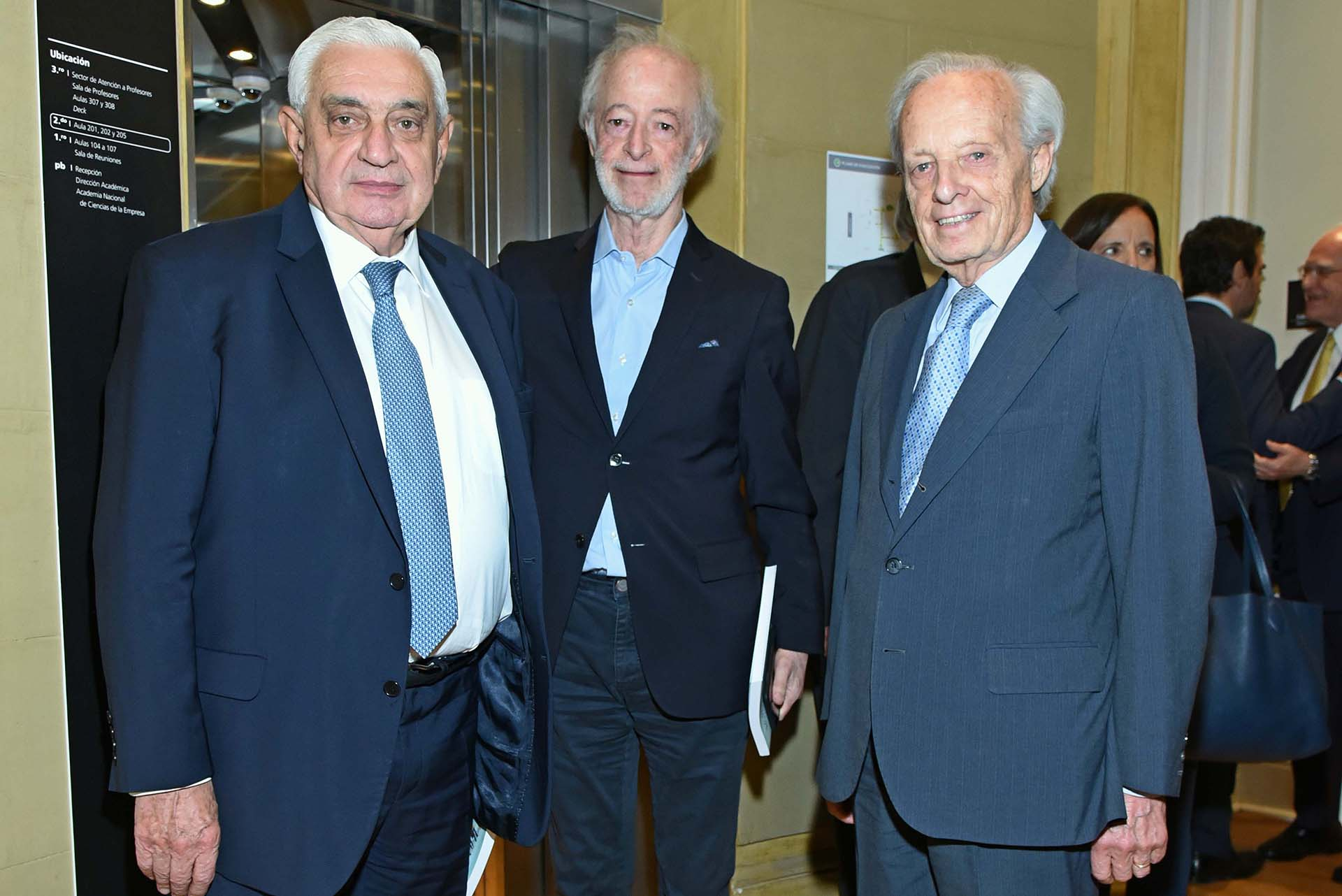 Adelmo Gabbi junto a Juan Carlos López Mena, presidente de Buquebus, y Daniel Vergara Del Carril, miembro de la Academia Nacional de Derecho