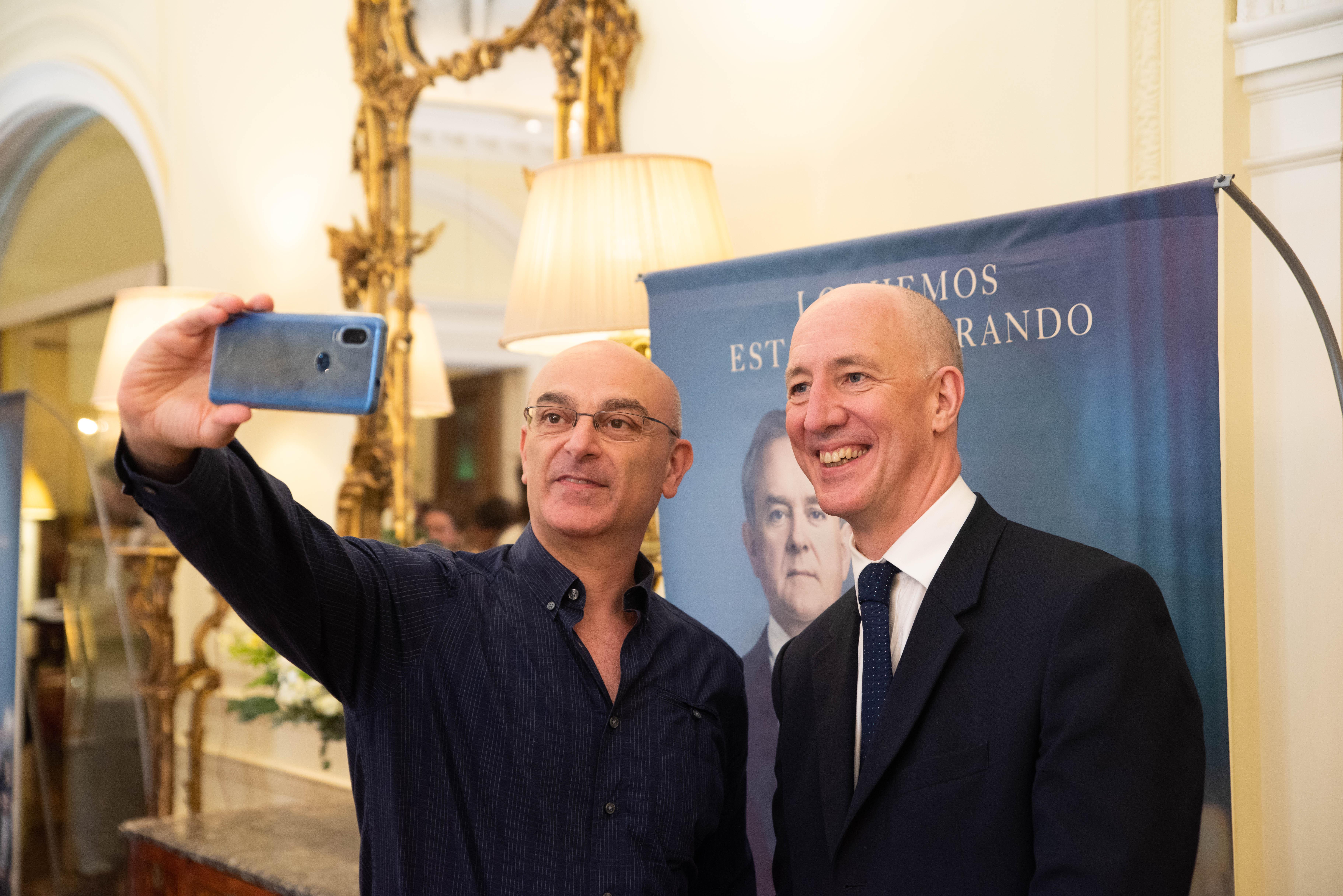 Una selfie con el embajador británico