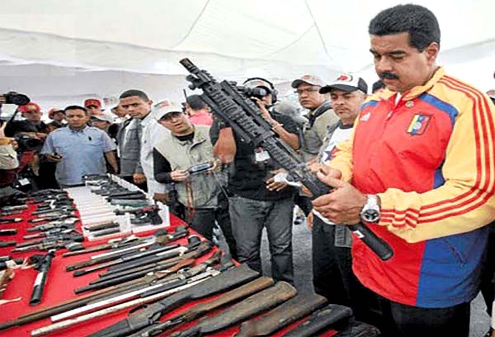 Maduro mirando las armas que el régimen compró en 2015
