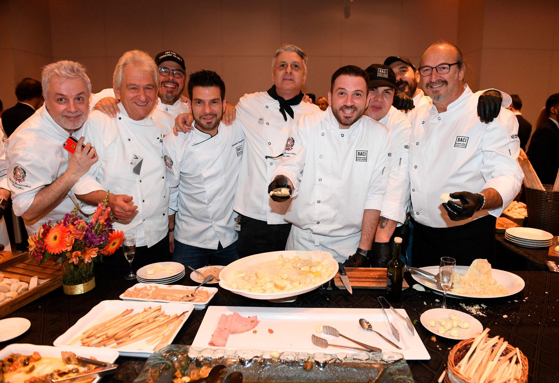 Este evento permite a los participantes deleitarse con excelentes platos, preparados por los cocineros italianos que integran BACI (Buenos Aires Cocineros Italianos), que representan la excelencia de la cocina de Italia en Buenos Aires y, paralelamente, contribuir con una causa justa. Los cocineros que participaron fueron: Mauro Crivellin de