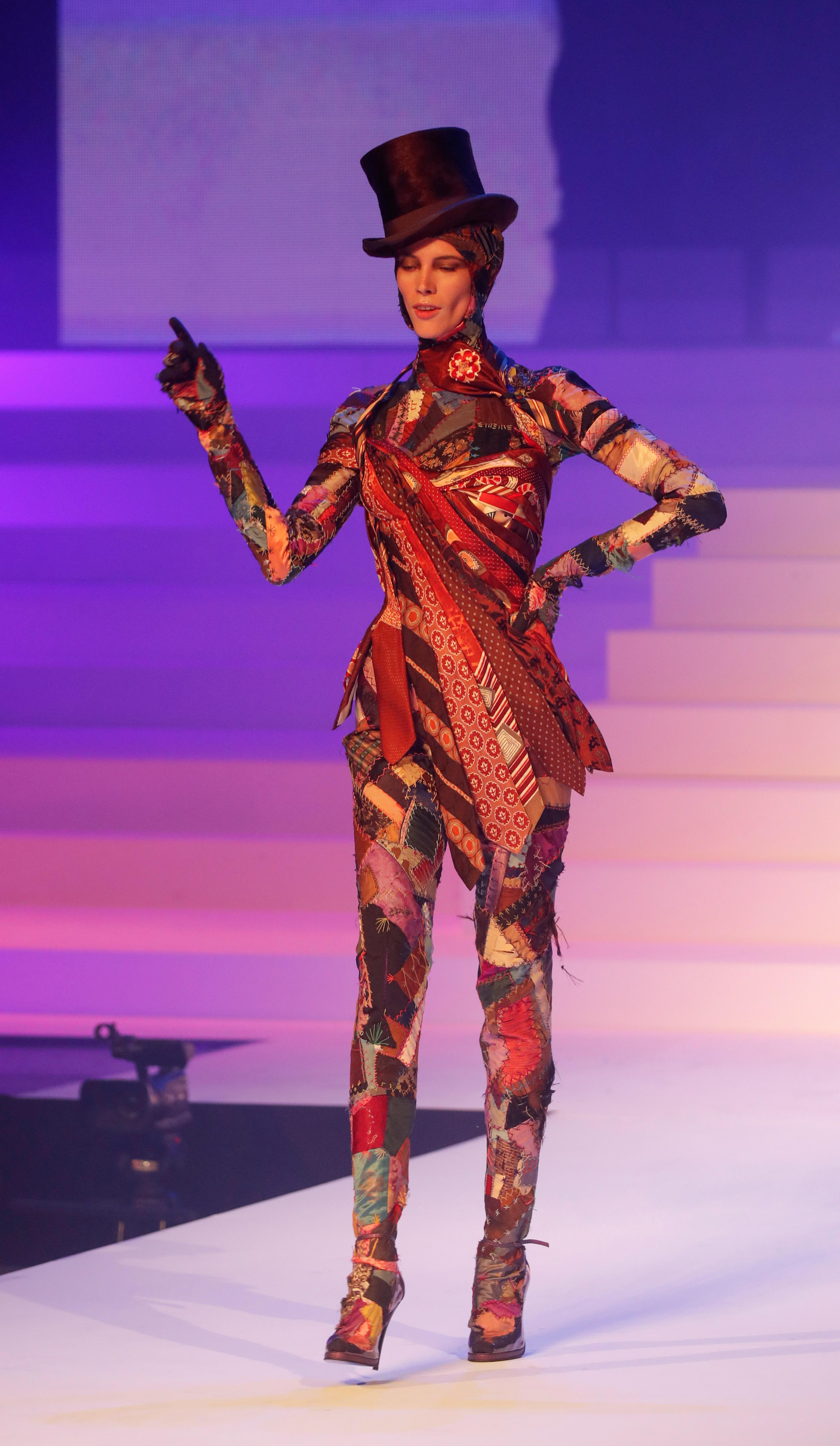 Un innovador en diseño. Un modelo realizado con corbatas y patchwork en tonalidades rojo con galera y zapato de taco
