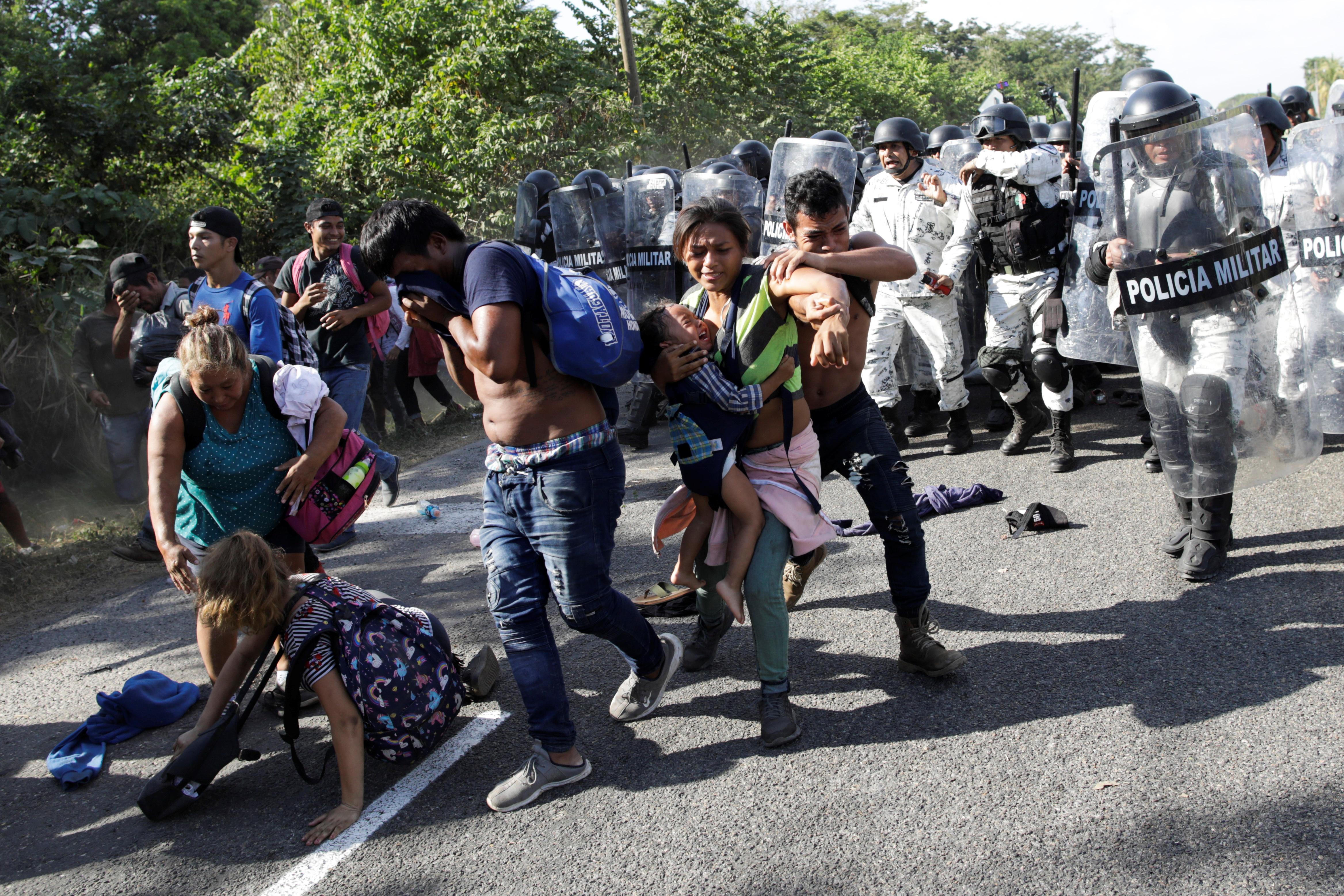 La caravana fue dispersada a punta de toletes y escudos por parte de los elementos federales (Foto: Andrés Martínez Casares/Reuters)