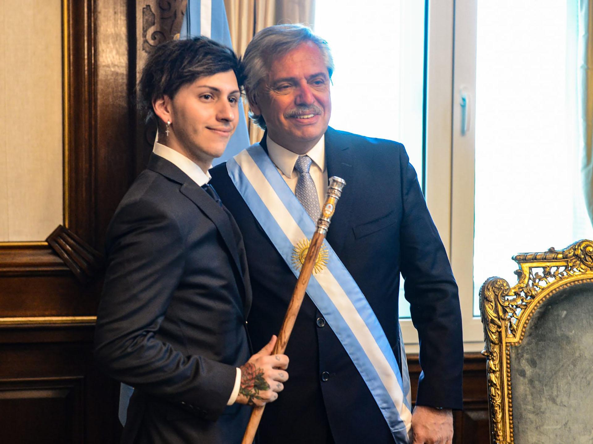 Estanislao Fernández, hijo del presidente, posa con el bastón de mando en la mano