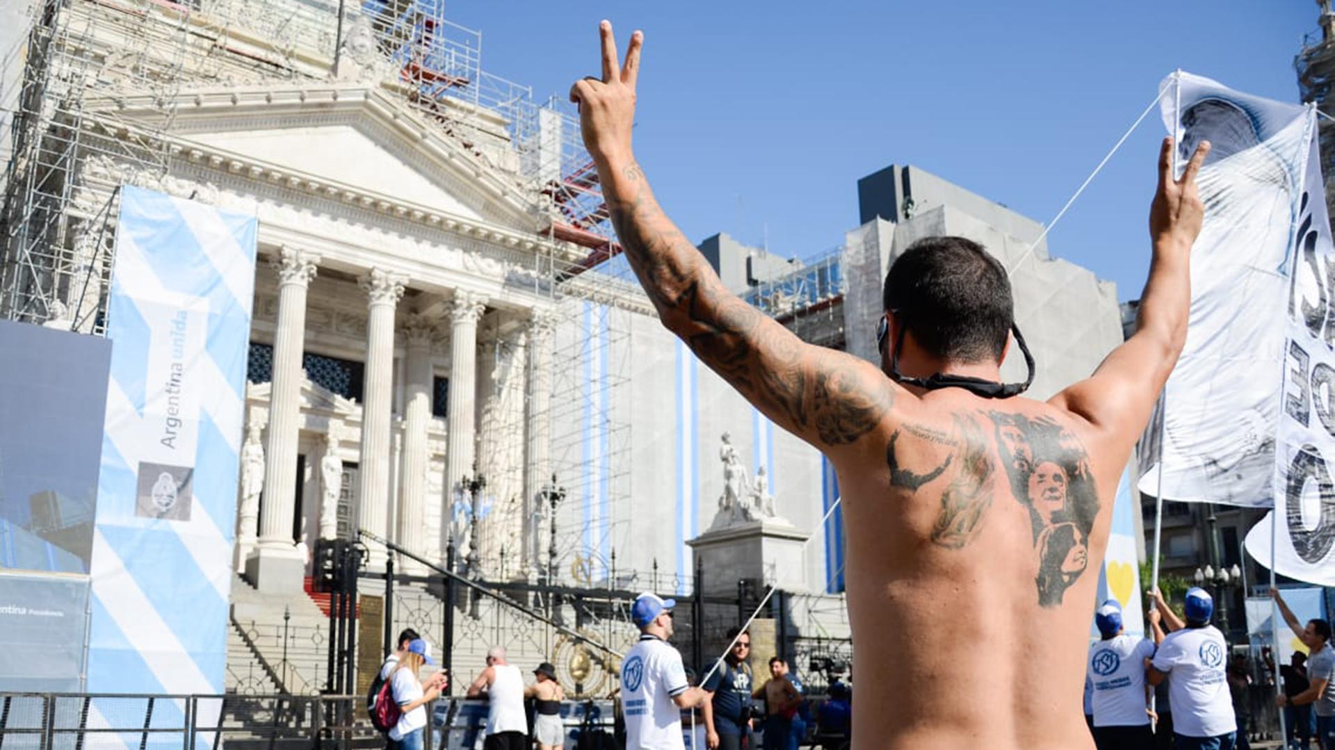 Los militantes se agolparon desde temprano en la inmediación del Palacio para acompañar al presidente en la asamblea legislativa