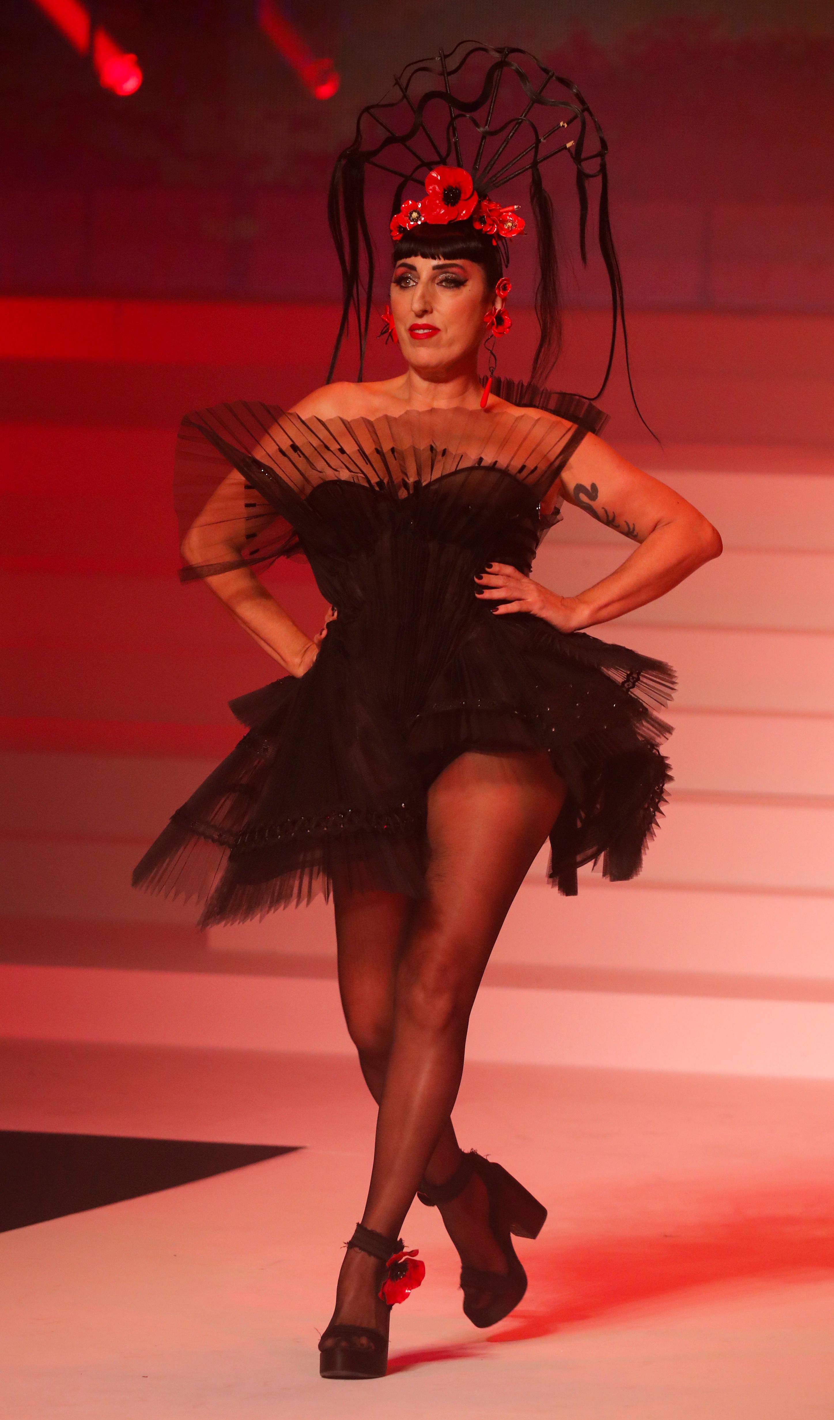 Rossy De Palma desfilando para el desfile haute couture con un diseño confeccionado en tul con corse y plisado en color negro