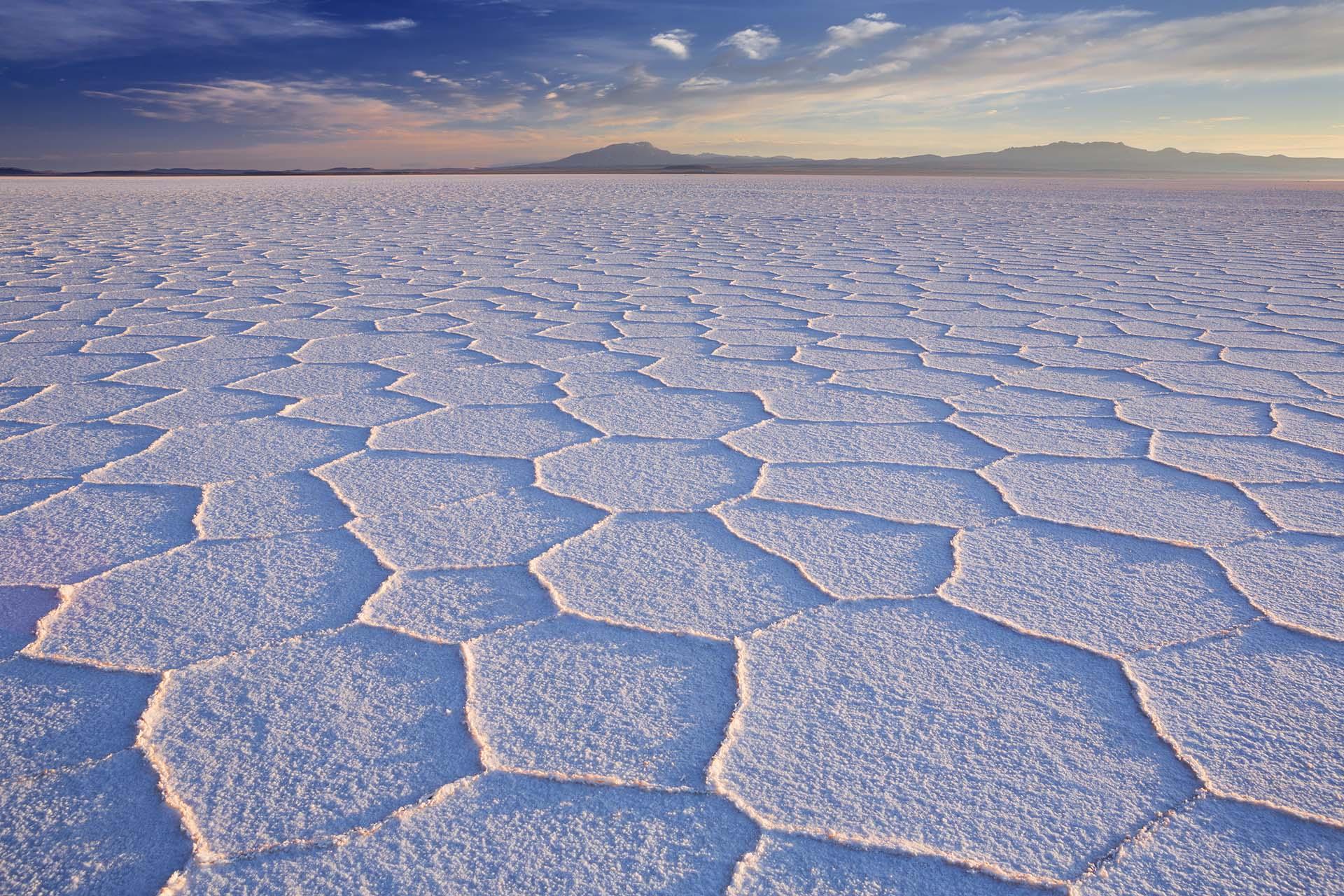 Superlativo en su belleza natural, resistente, irritante, complejo y un poco estresante, Bolivia es una de las naciones más diversas e intrigantes de América del Sur. Situado a 3650 metros de altura en la región suroeste de Bolivia, en el altiplano, sobre la gran cordillera de los Andes, el salar de Uyuni es el mayor desierto de sal continuo del mundo, con una superficie de 12 000 km²