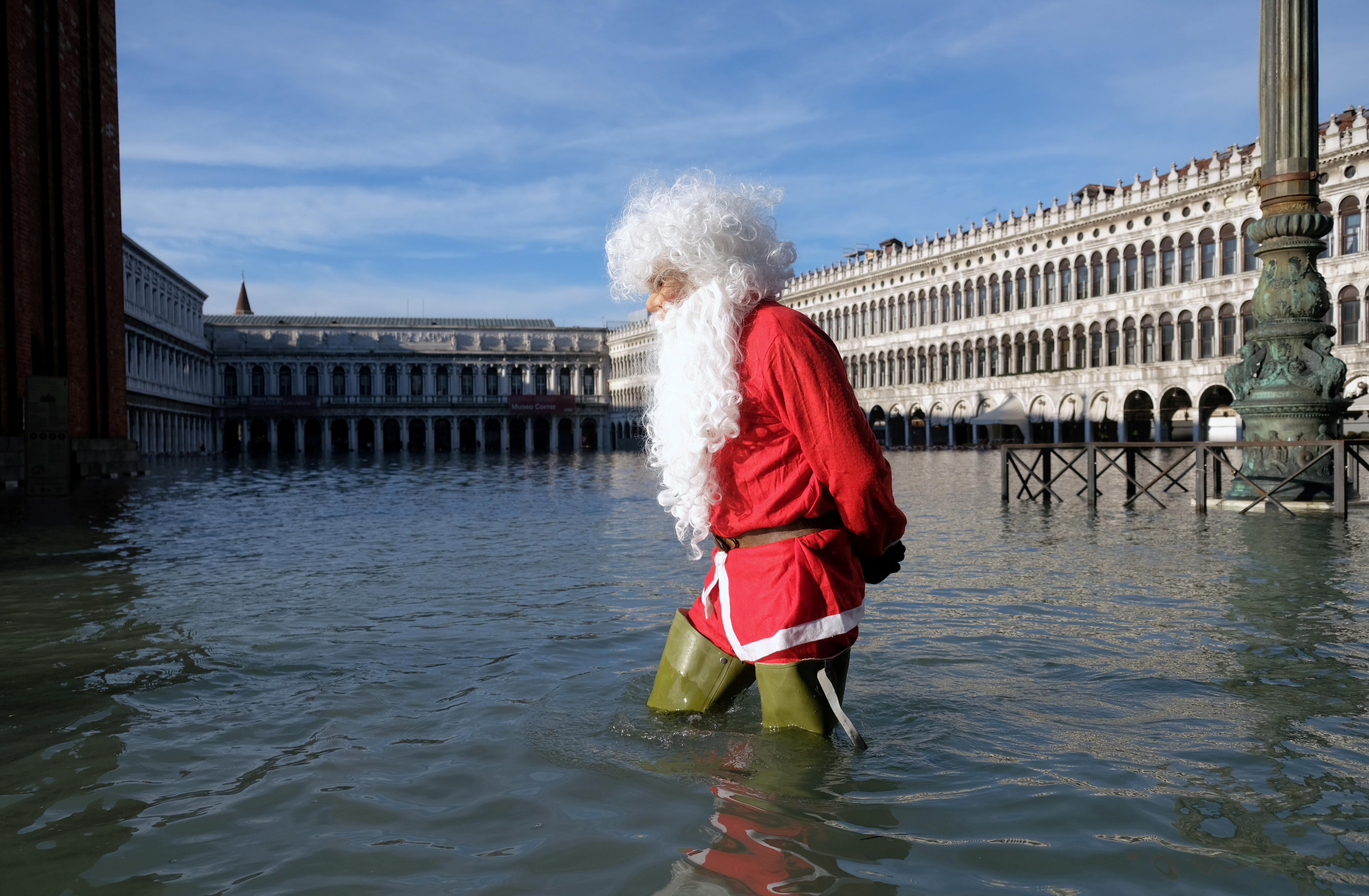 El hombre caminó también por la Plaza de San Marcos de Venecia. (Reuters/ Manuel Silvestri)