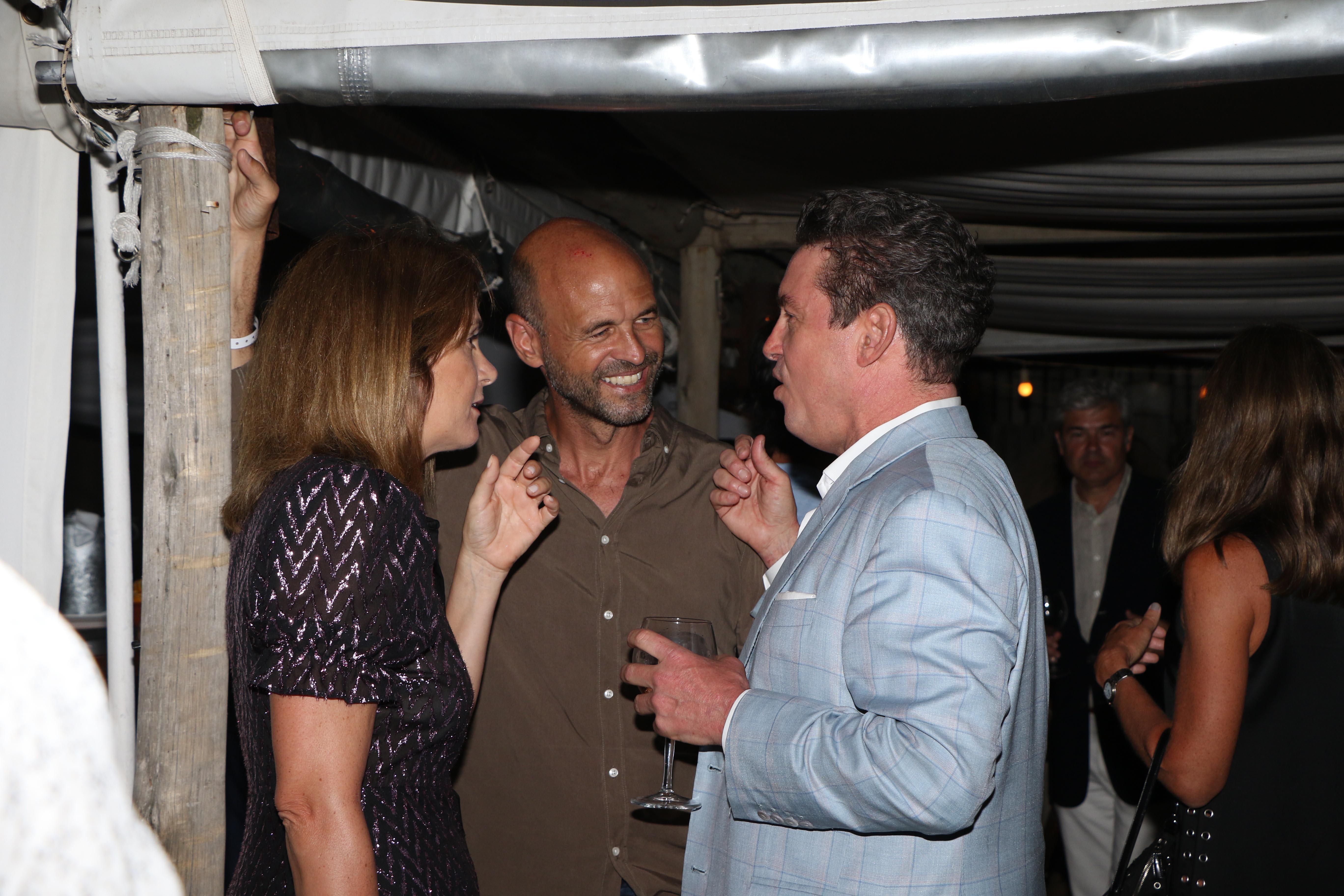 Noah Mamet junto al ex ministro de Transporte, Guillermo Dietrich, y su mujer Javiera Álvarez Echagüe
