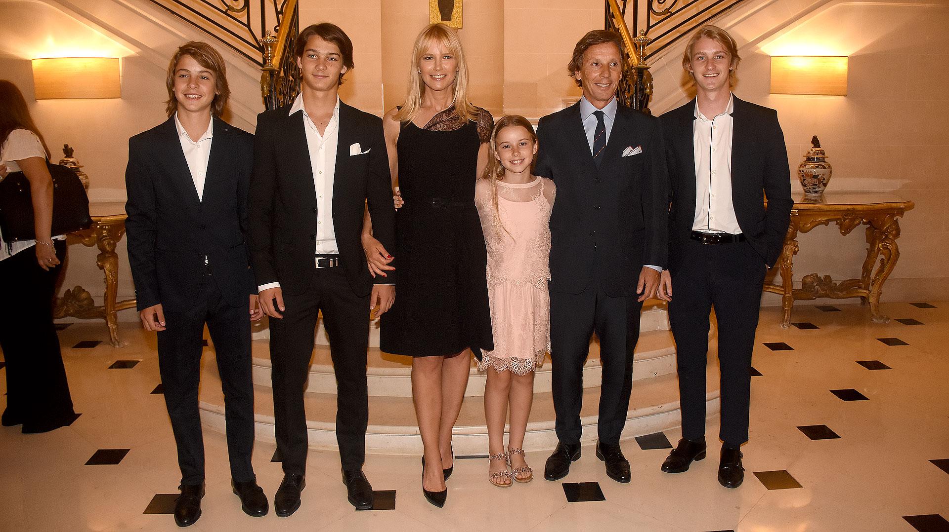 Familia modelo: Valeria Mazza y Alejandro Gravier junto a sus cuatro hijos: Benicio, Tiziano, Taína y Balthazar
