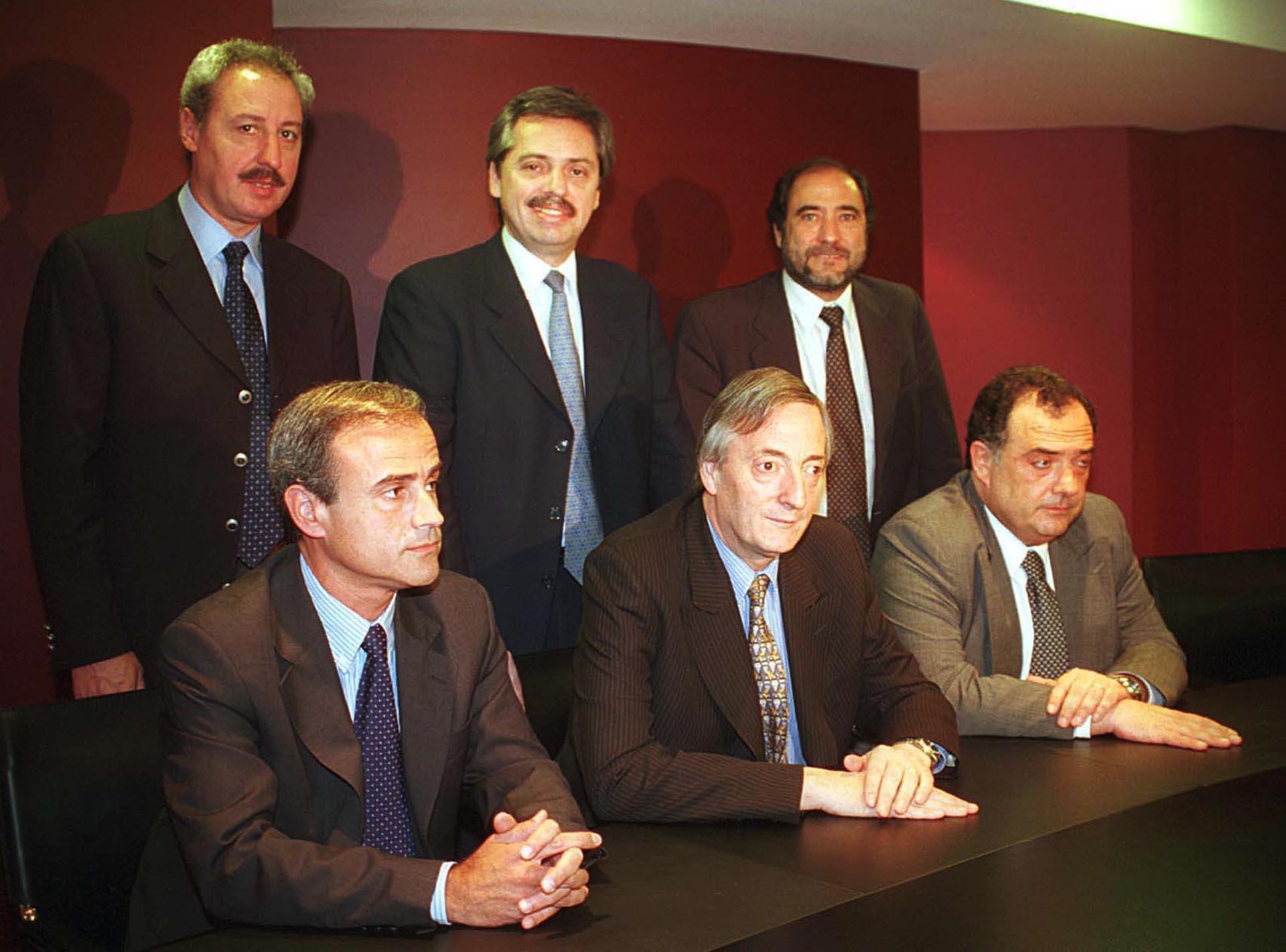 El 18 de diciembre de 2002, junto a los legisladores porteños del PJ Eduardo Valdés, Julio Vitobello y Jorge Argüello, hicieron público su apoyo a la candidatura de Néstor Kirchner en la Casa de la Provincia de Santa Cruz en Buenos Aires.