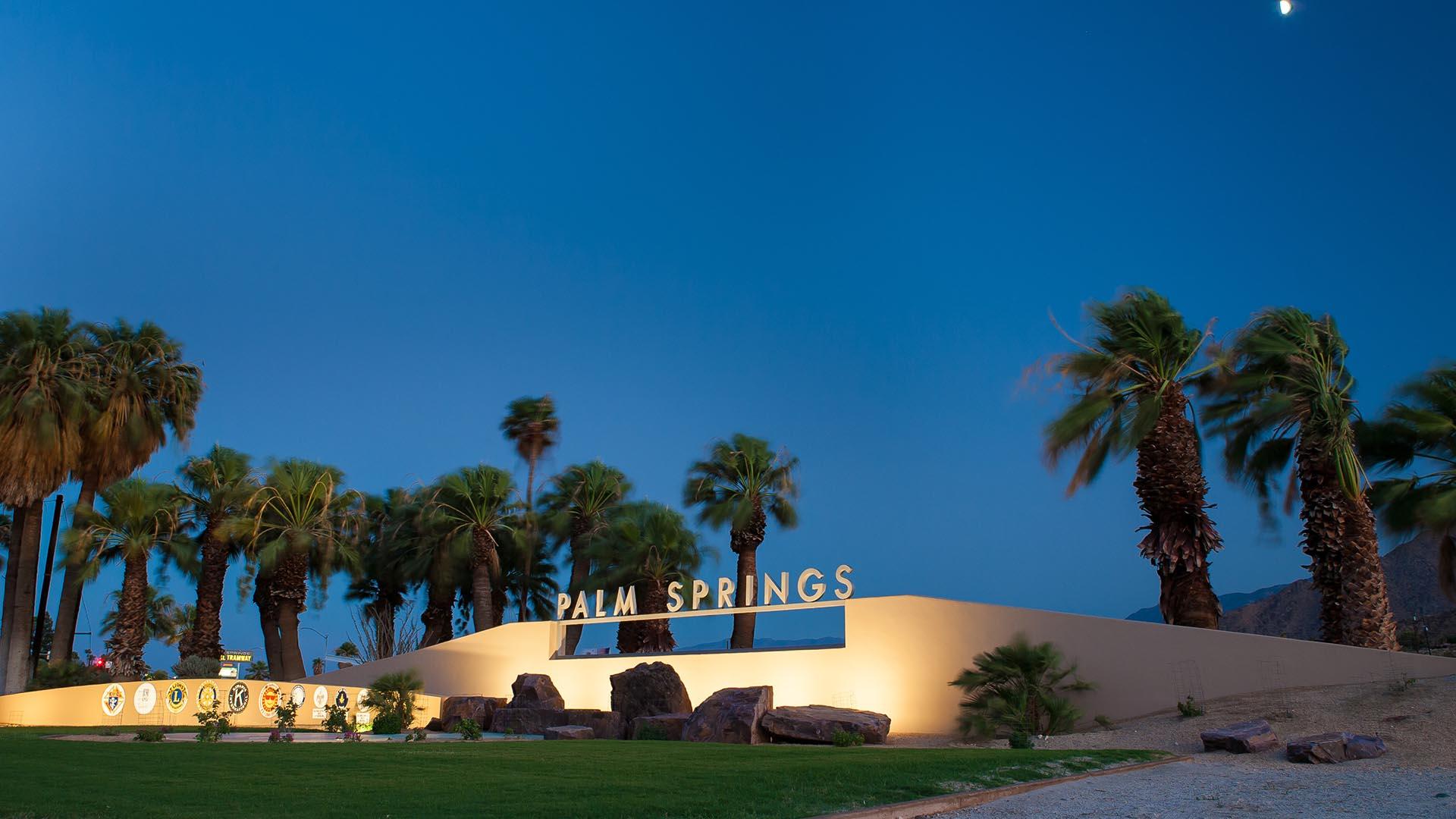 Palm Springs disfruta de su reputación como un enclave elegante de diseño de mediados de siglo durante todo el año, pero nunca más que en febrero durante la Semana del Modernismo. El evento de 11 días se extiende a lo largo del fin de semana del Día de los Presidentes, y muestra todos los aspectos de este estilo de posguerra en más de 350 eventos, que incluyen charlas, visitas al jardín y fiestas