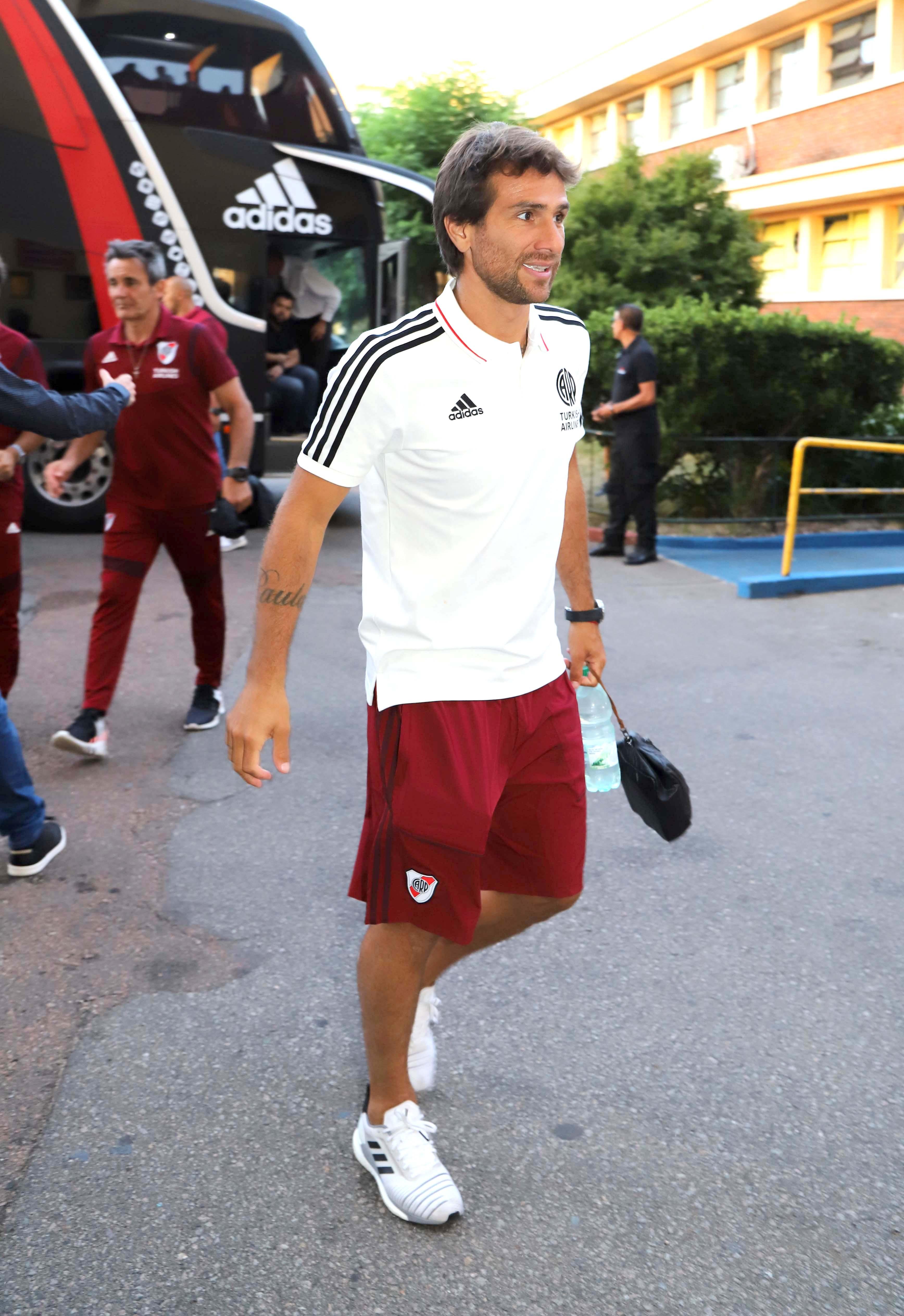 La llegada de los jugadores de River. Leonardo Ponzio