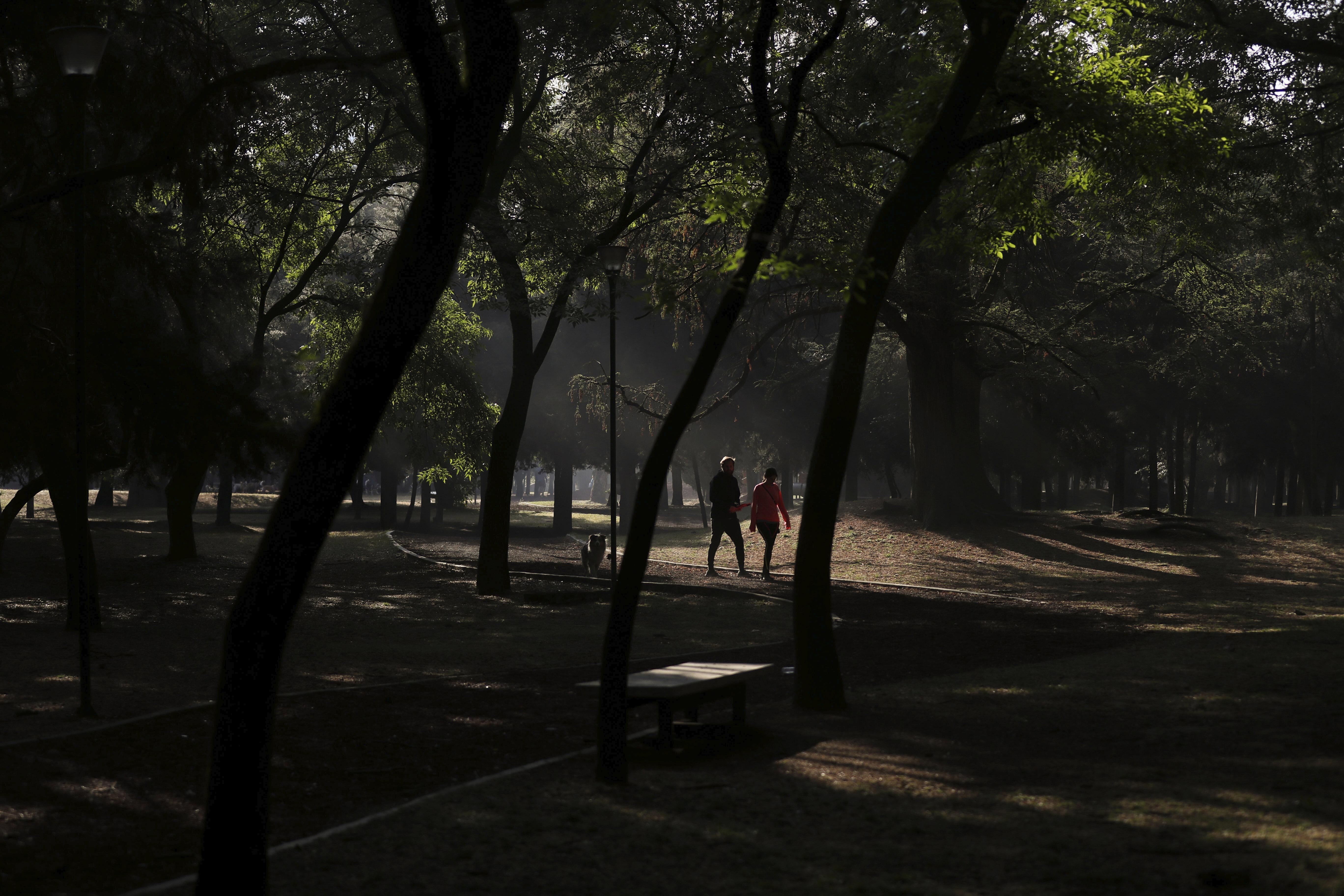 Una pareja trota en el parque Chapultepec de la Ciudad de México, el domingo 22 de marzo de 2020.