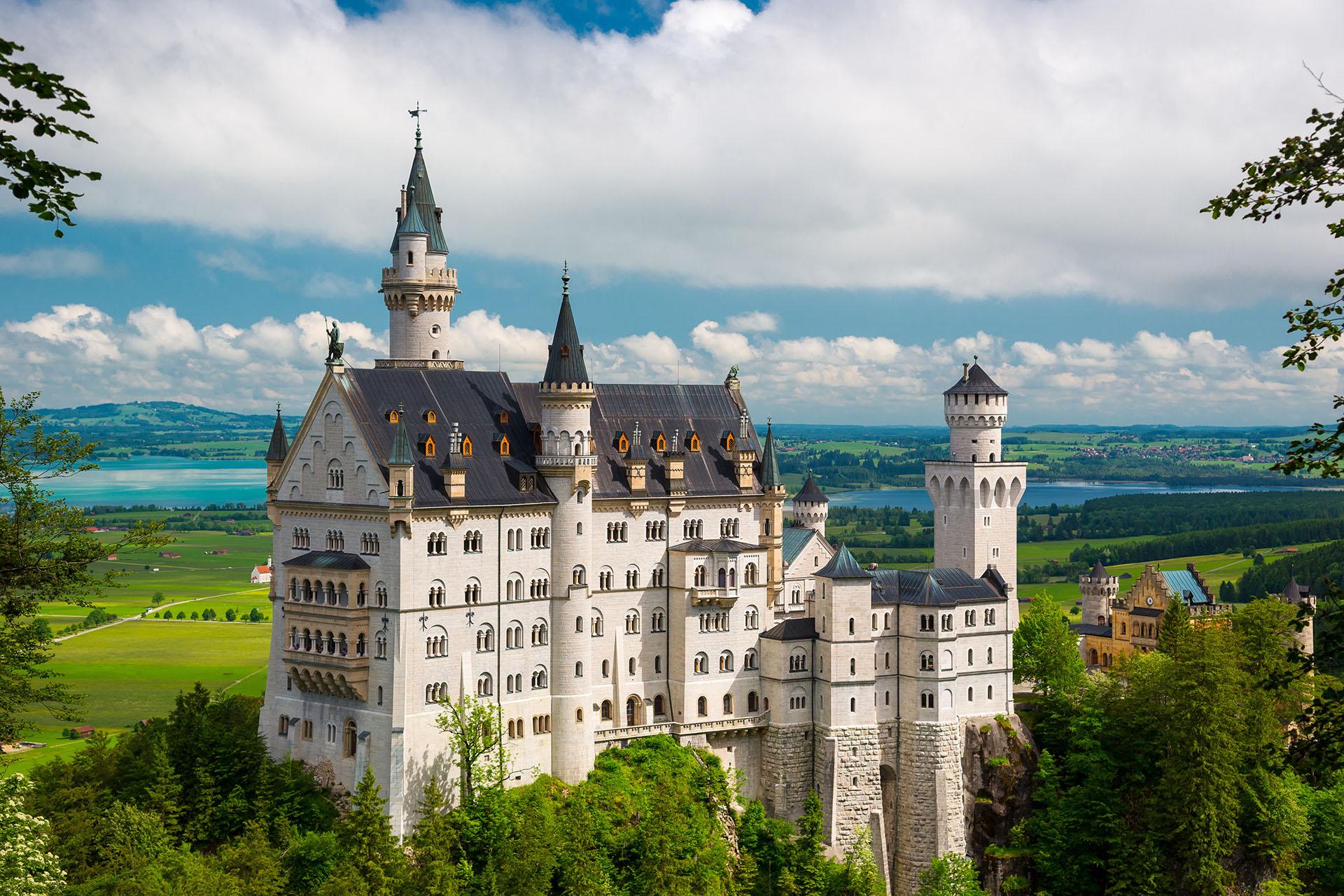 Nacido bajo el encargo de El Rey Loco en una época en la que castillos y fortalezas ya no eran necesarios, el Castillo de Neuschwanstein es una construcción de ensueño rodeada por un hermoso paisaje