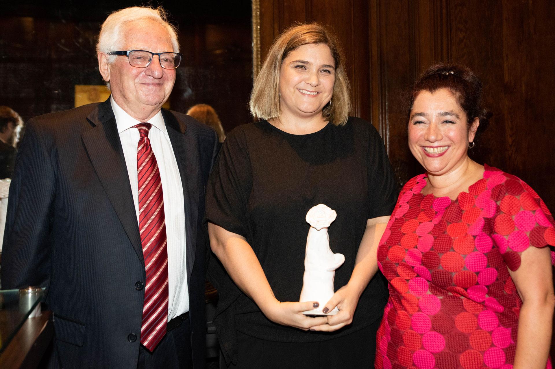 Marcela Noble Herrera, accionista del Grupo Clarín, recibió la distinción en representación de esa empresa.