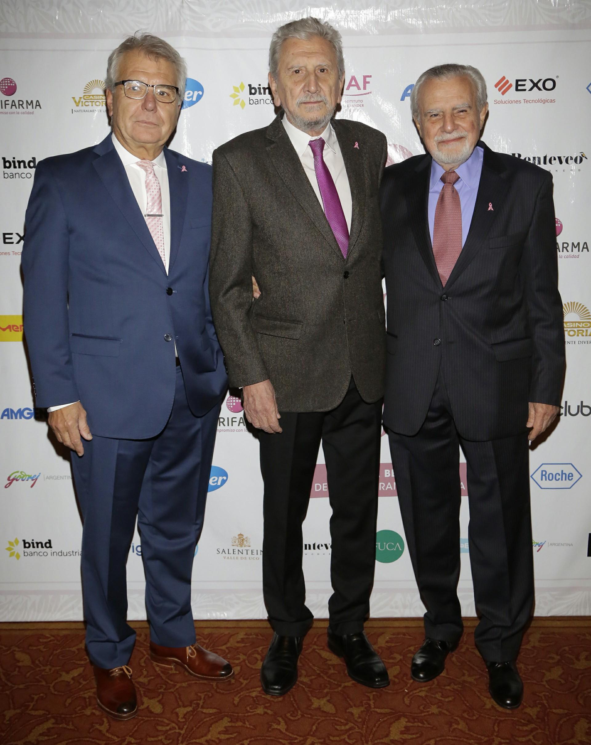 La Fundación Cáncer (FUCA), presidida por el Dr. Reinaldo Chacón (centro), fue creada en 1983 con la misión de reducir la mortalidad por cáncer a través de la educación médica y comunitaria, la investigación científica y la concientización para la prevención y el cuidado de la salud. En la foto; los doctores Federico Coló, Reinaldo Chacón y José Mordoh, vicepresidente de FUCA