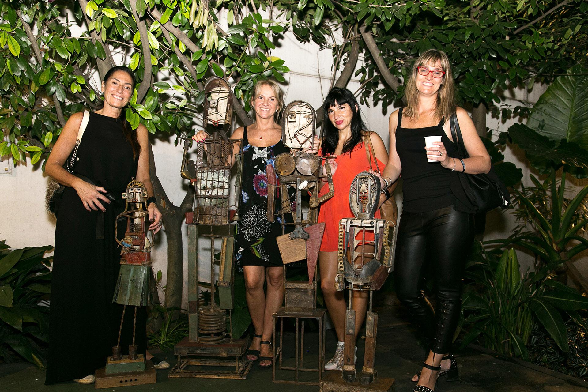 Carmela Blanco con sus amigas, posando junto a sus obras /// Fotos: Gentileza Brandia - Marketing & Comunicación