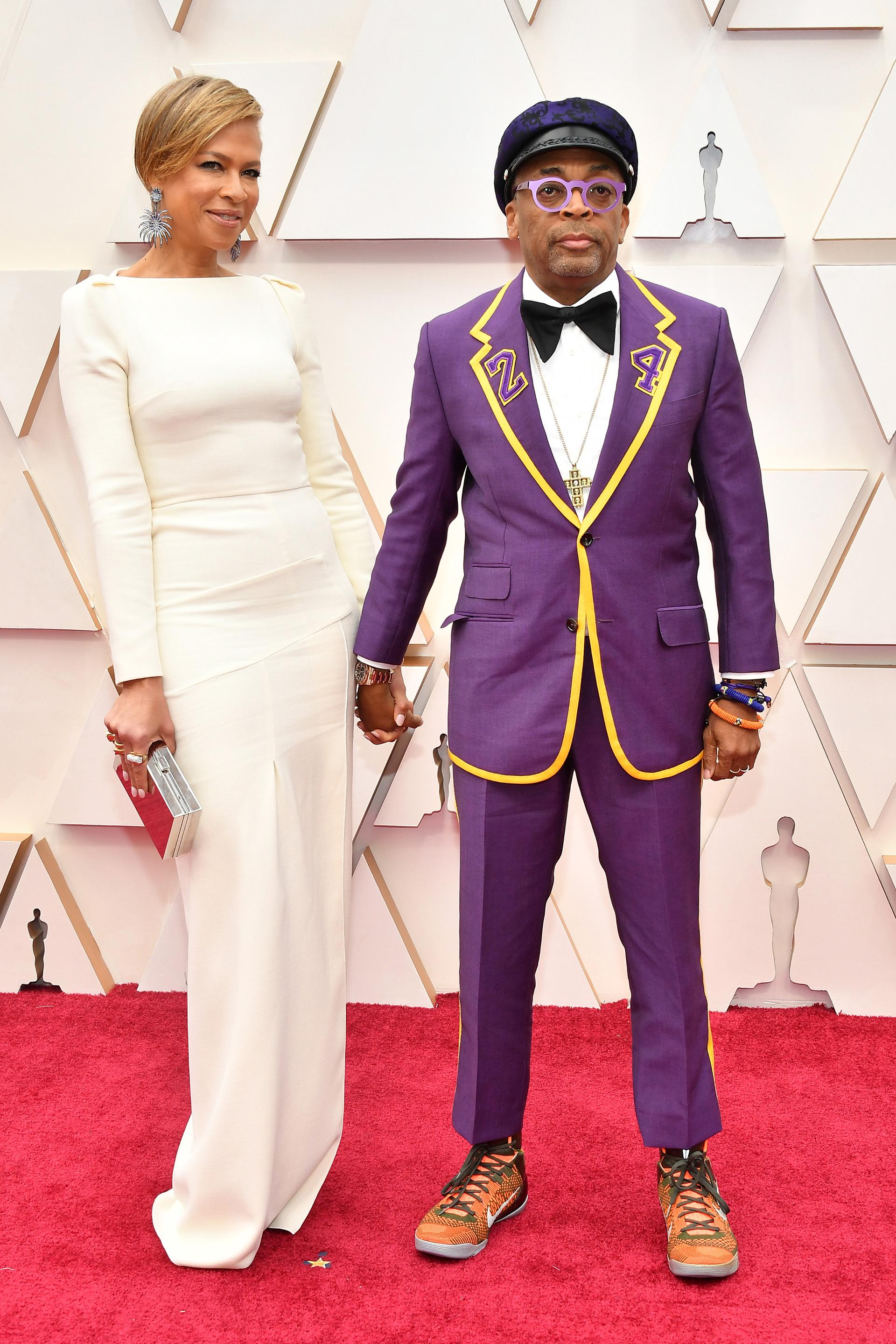 Spike Lee llamó la atención por la elección de su atuendo pero lo hizo en memoria del basquetbolista Kobe Bryant. Repitiendo el color violeta en la alfombra roja, en su saco se dejó ver el número 24, el mismo que lucía el deportista en la camiseta de los Lakers , así él lo homenajeó en los Oscar