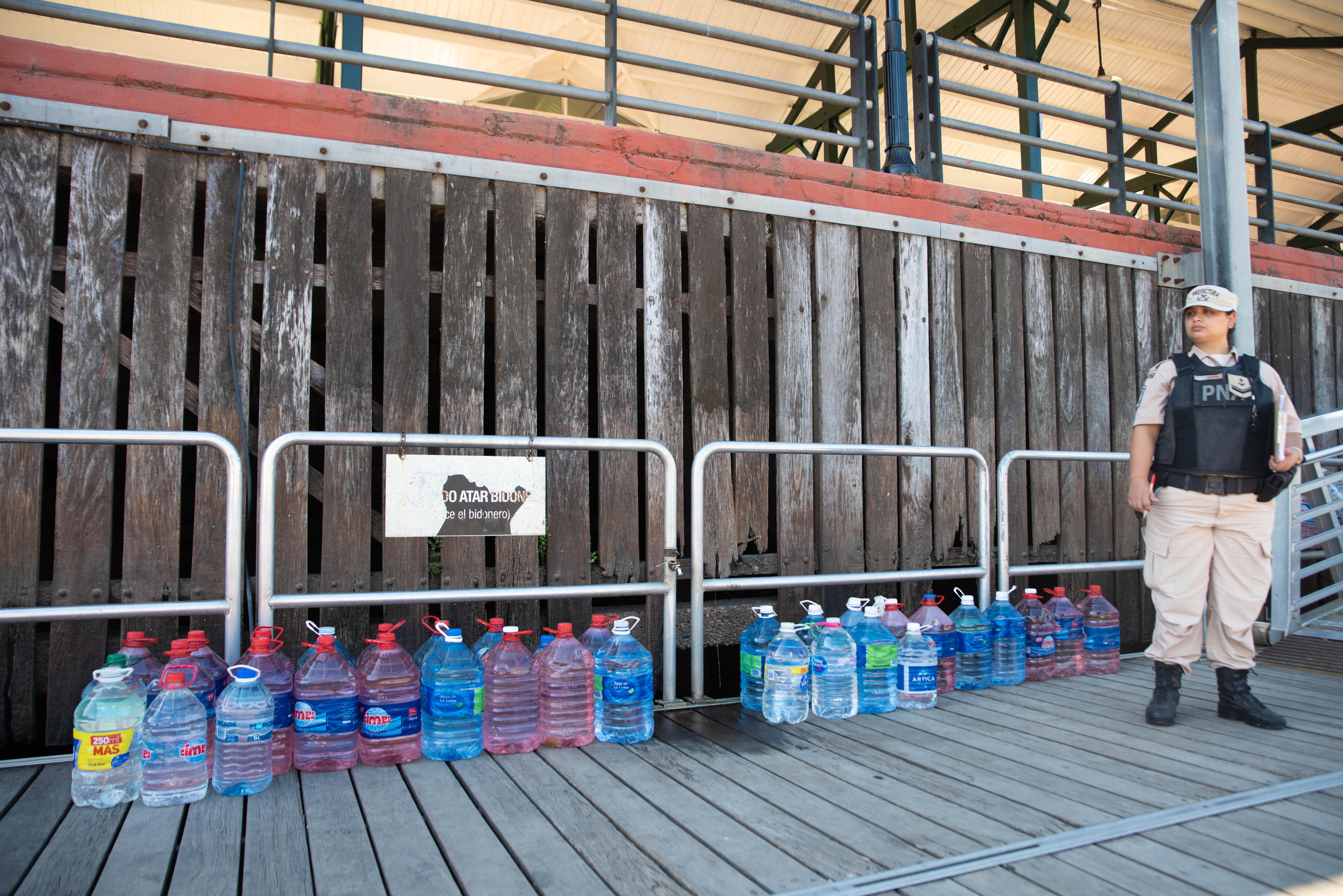 Efectivo de la Prefectura supervisando el cargamento de los kits en las lanchas antes de partir del puerto de Tigre. (Foto: Franco Fafasuli)