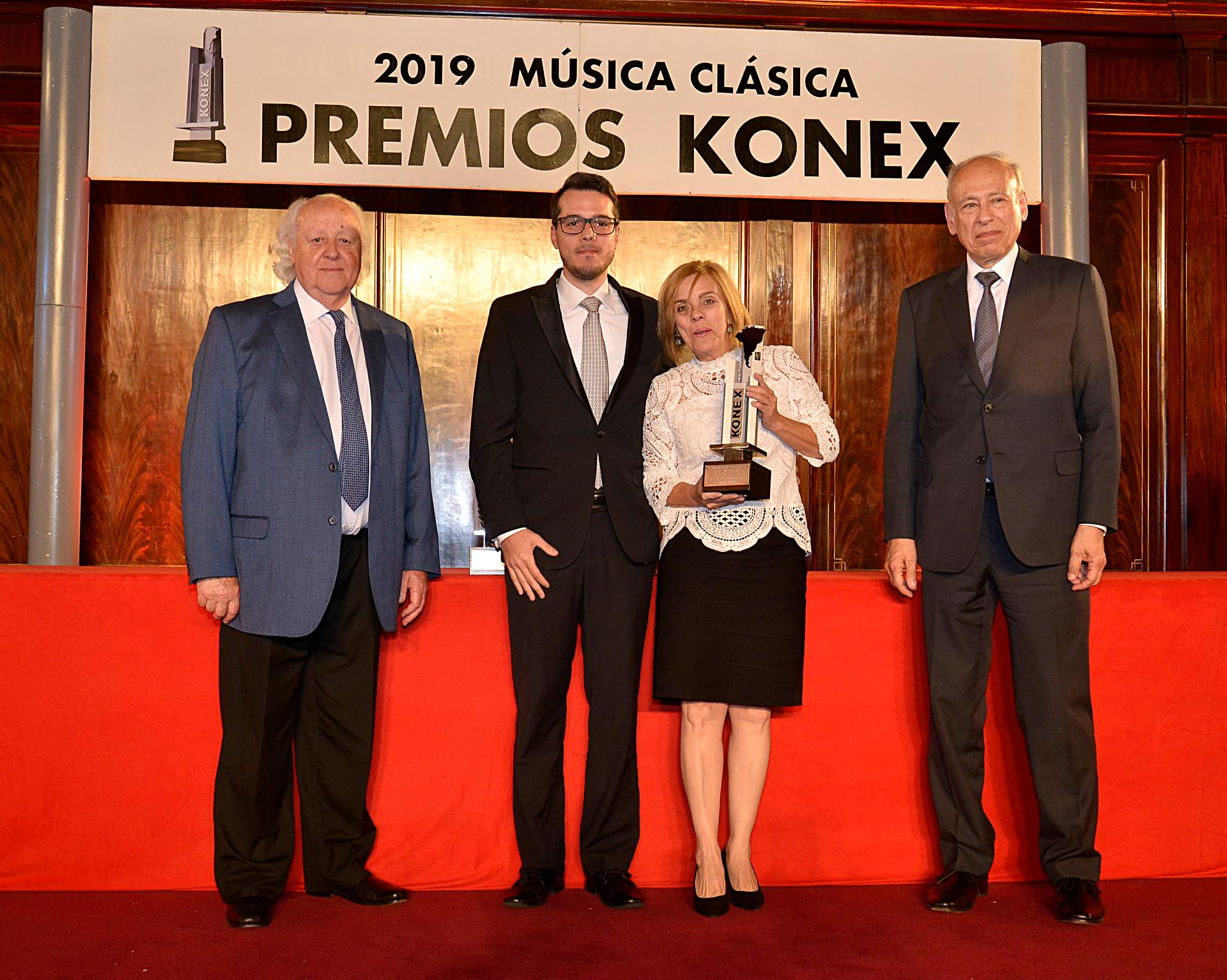 En la categoría Konex Mercosur fue distinguido, In Memoriam, José Antonio Abreu. Pasó al escenario Ana Abreu junto a su hijo