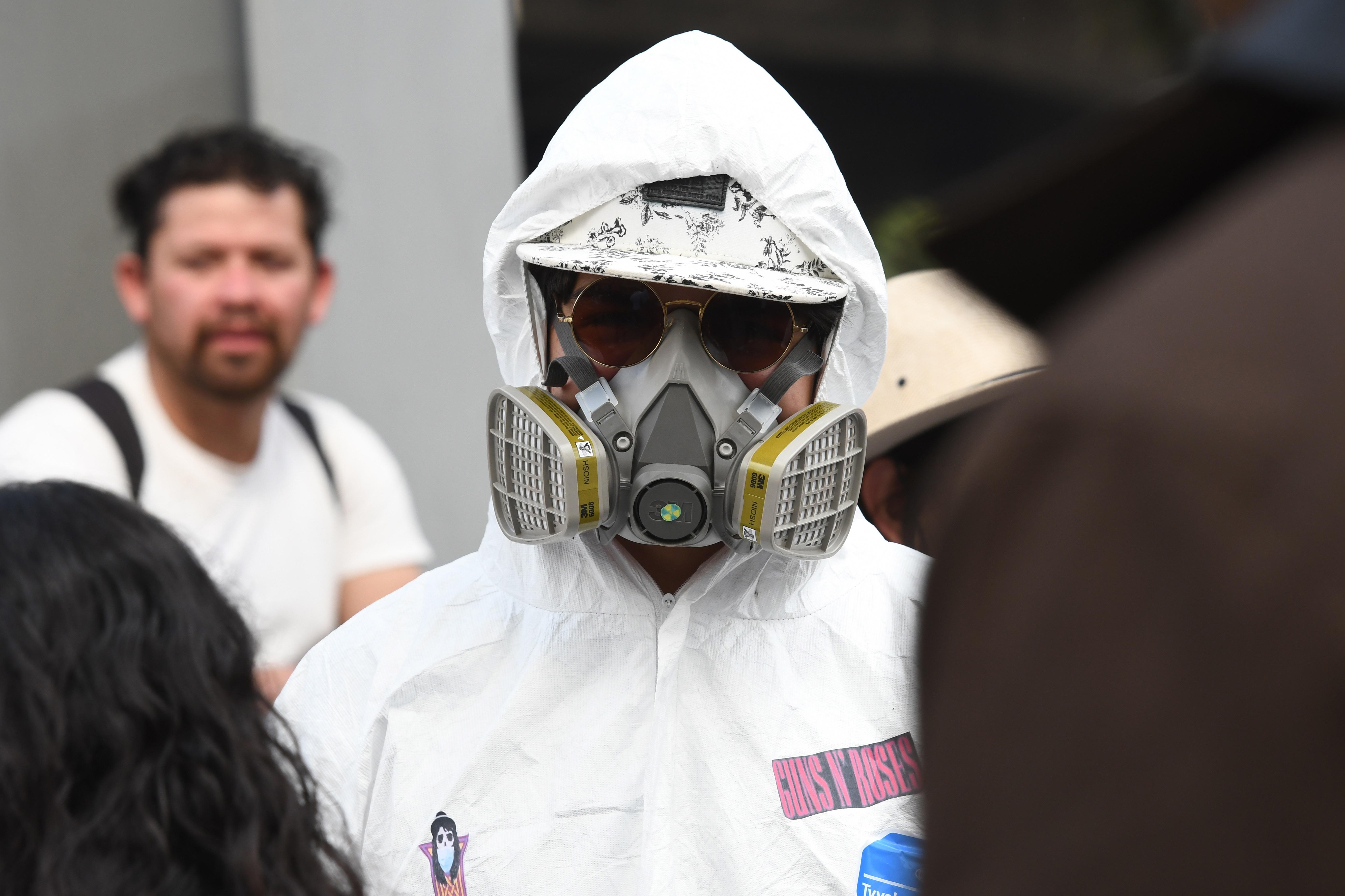 Un joven asiste con protección por el coronavirus al Festival Vive Latino.
