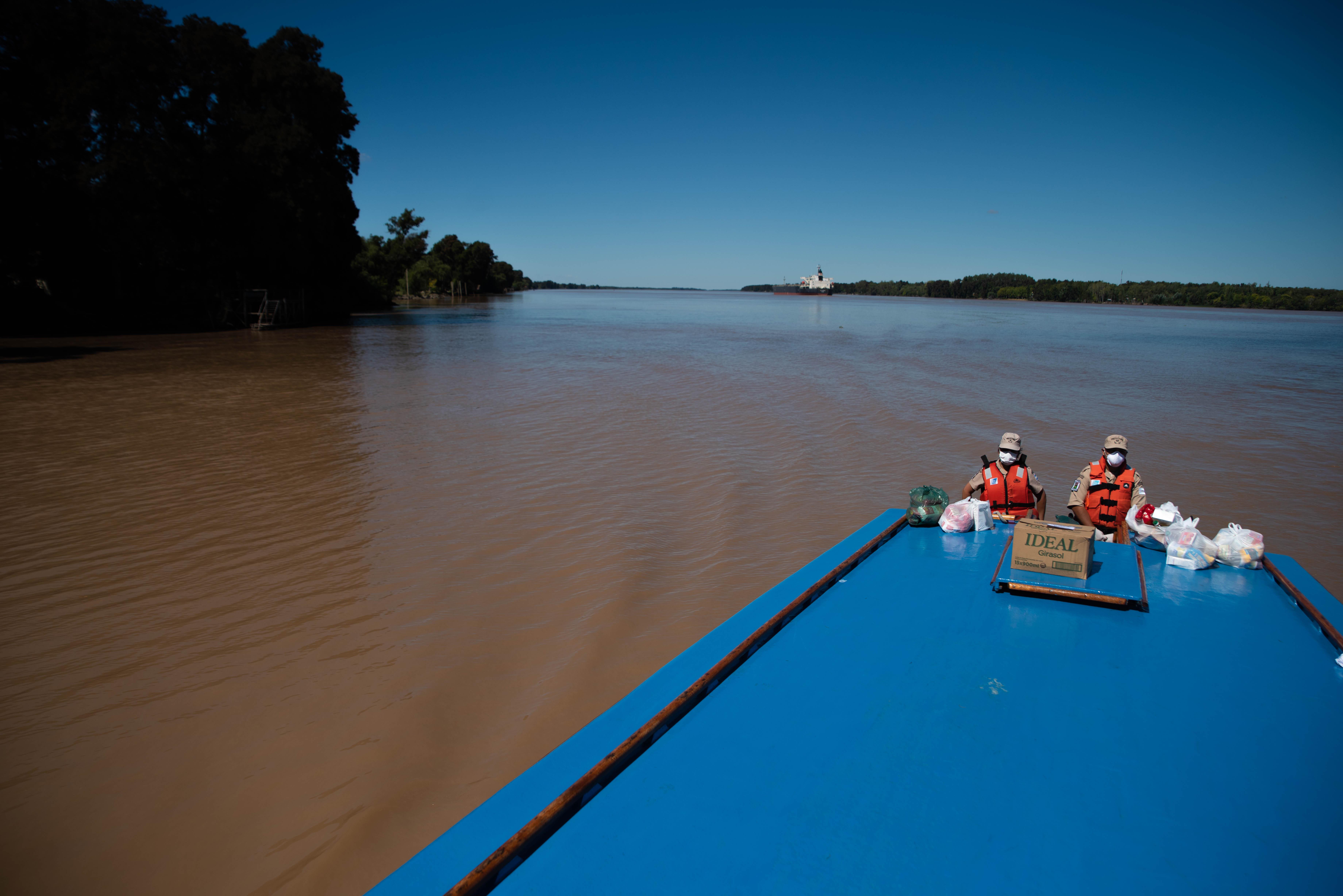 Una de las lanchas utilizadas para repartir los alimentos quedó prácticamente vacía al final del recorrido en el Río Paraná. (Foto: Franco Fafasuli)