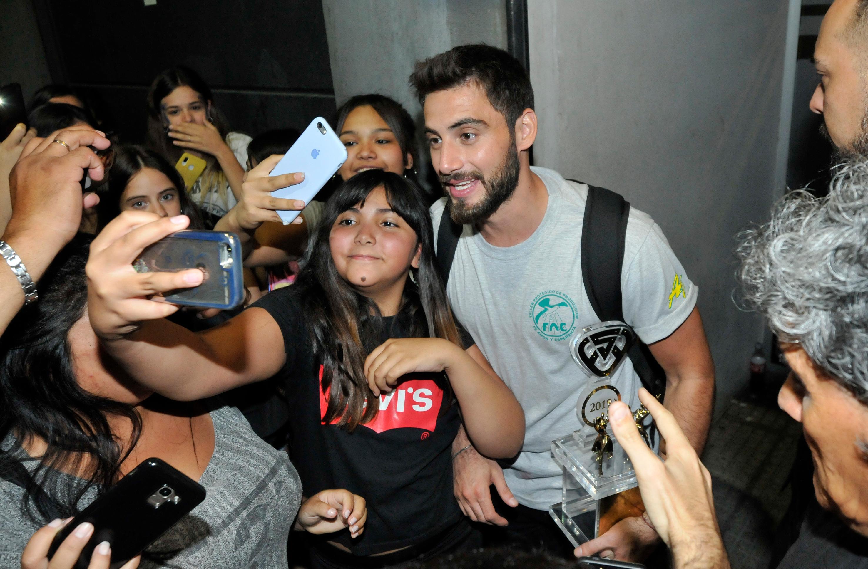 Nico, rodeado por sus fans