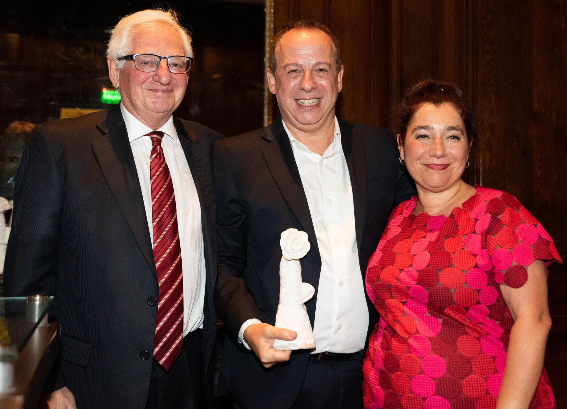 Mariela Ivanier, directora y fundadora de Verbo, y su padre Hugo Ivanier, director asociado, entregaron los premios