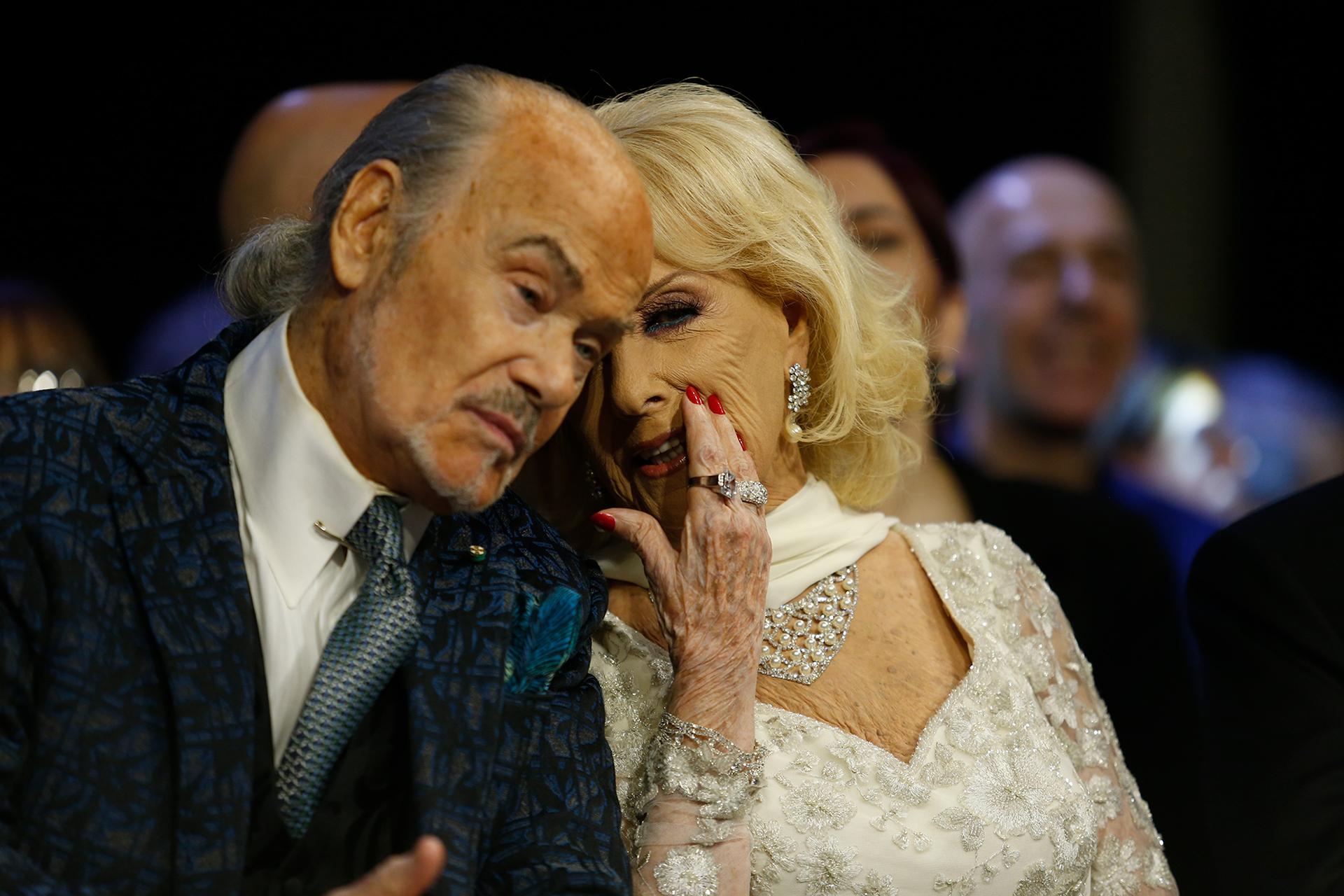 Secretos y más secretos. Mirtha y Gino Bogani durante la ceremonia comentaron cada una de las premiaciones. ¿Qué habrán dicho?