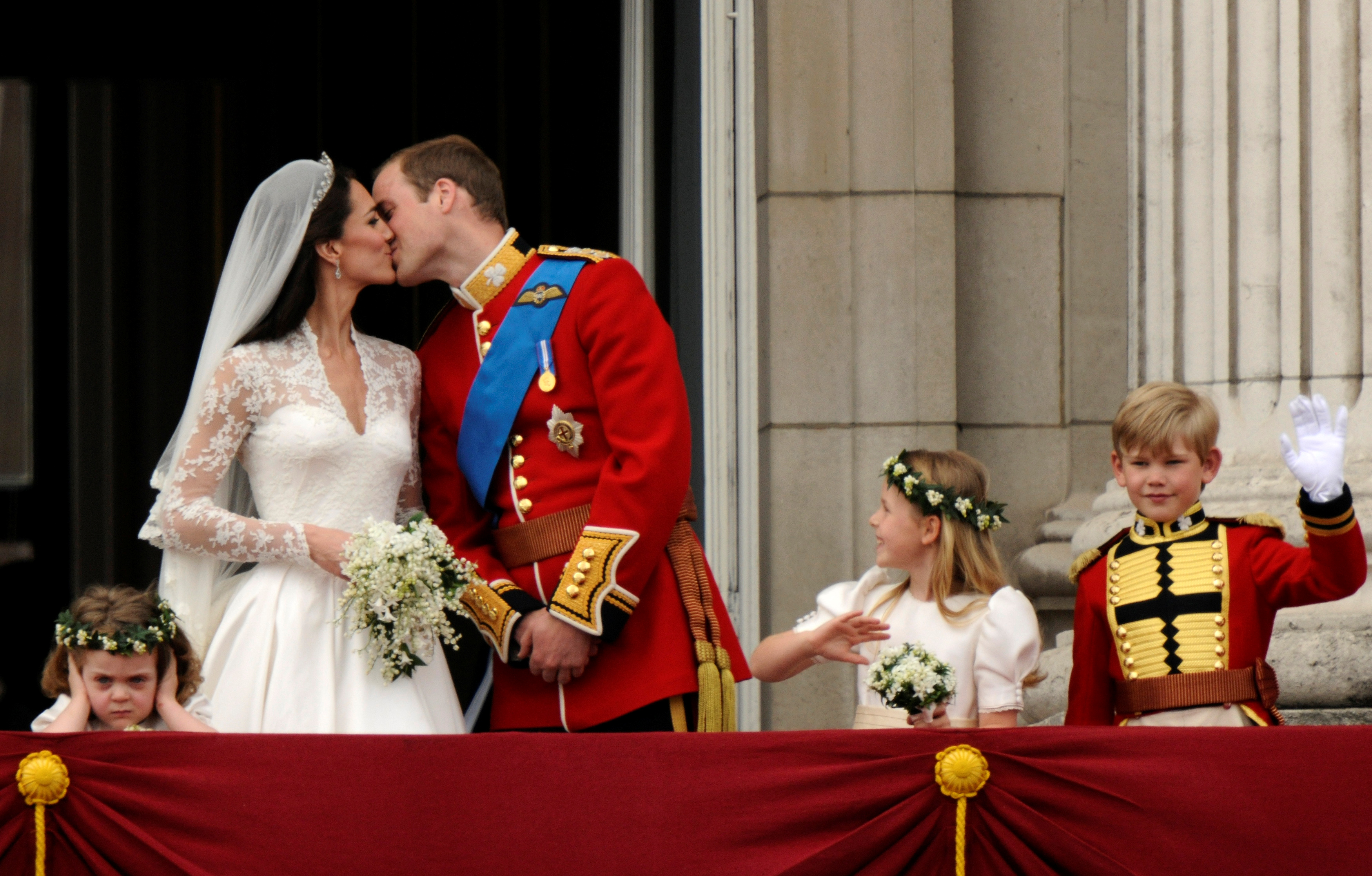 El príncipe William del Reino Unido y su esposa Catherine, Duquesa de Cambridge, se besan en el balcón del Palacio de Buckingham después de su boda en la Abadía de Westminster en Londres, el 29 de abril de 2011 (REUTERS/Dylan Martinez)