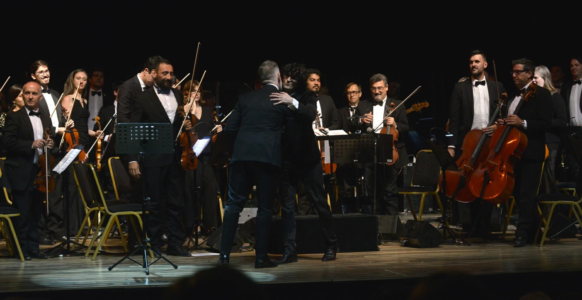 Luis Novaresio y Damián Mahler en el gran final de la Gala Sinfónica a beneficio de la Fundación INECO /// Fotos: Gustavo Gavotti