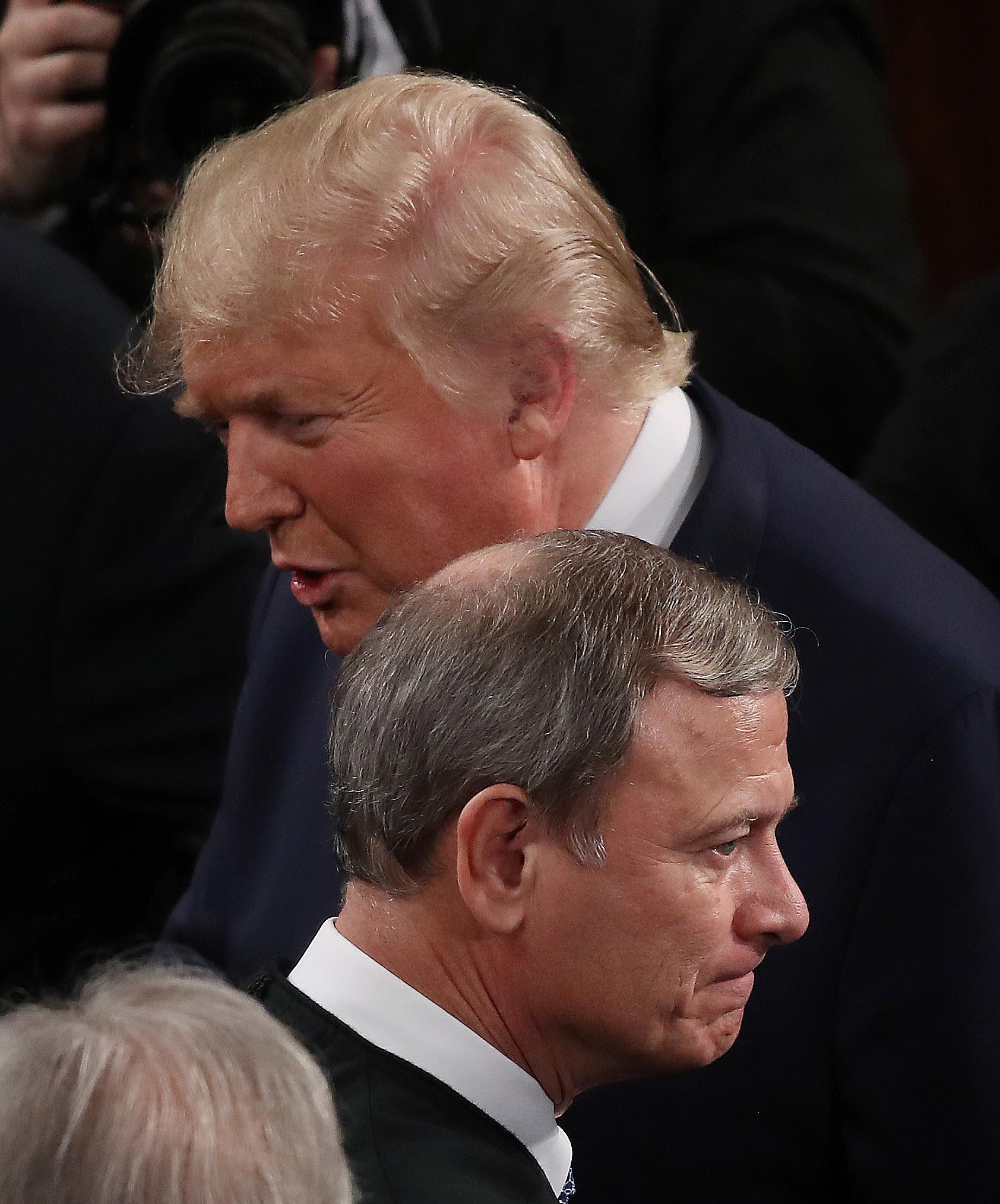 Donald Trump y el presidente de la Corte Suprema John Roberts (Mark Wilson/Getty Images/AFP)