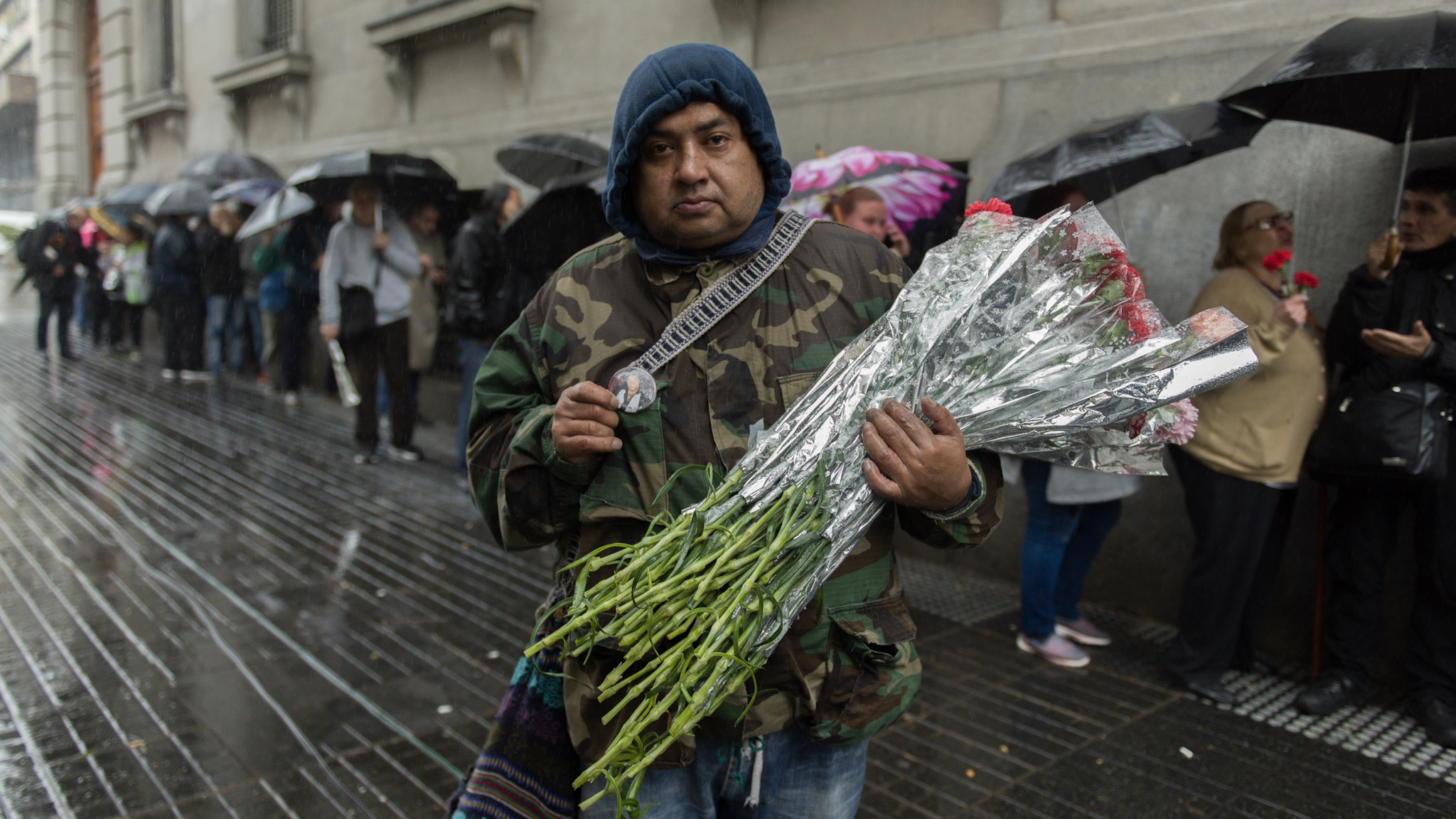 Un vendedor de flores, se sumó a la despedida