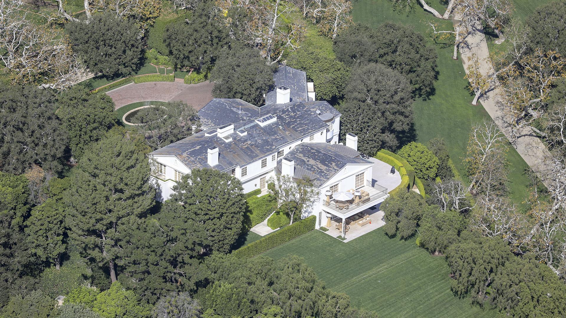 Se trata de una mansión de estilo colonial con una cancha de tenis, piscina y jardines en sus 13.000 metros cuadrados