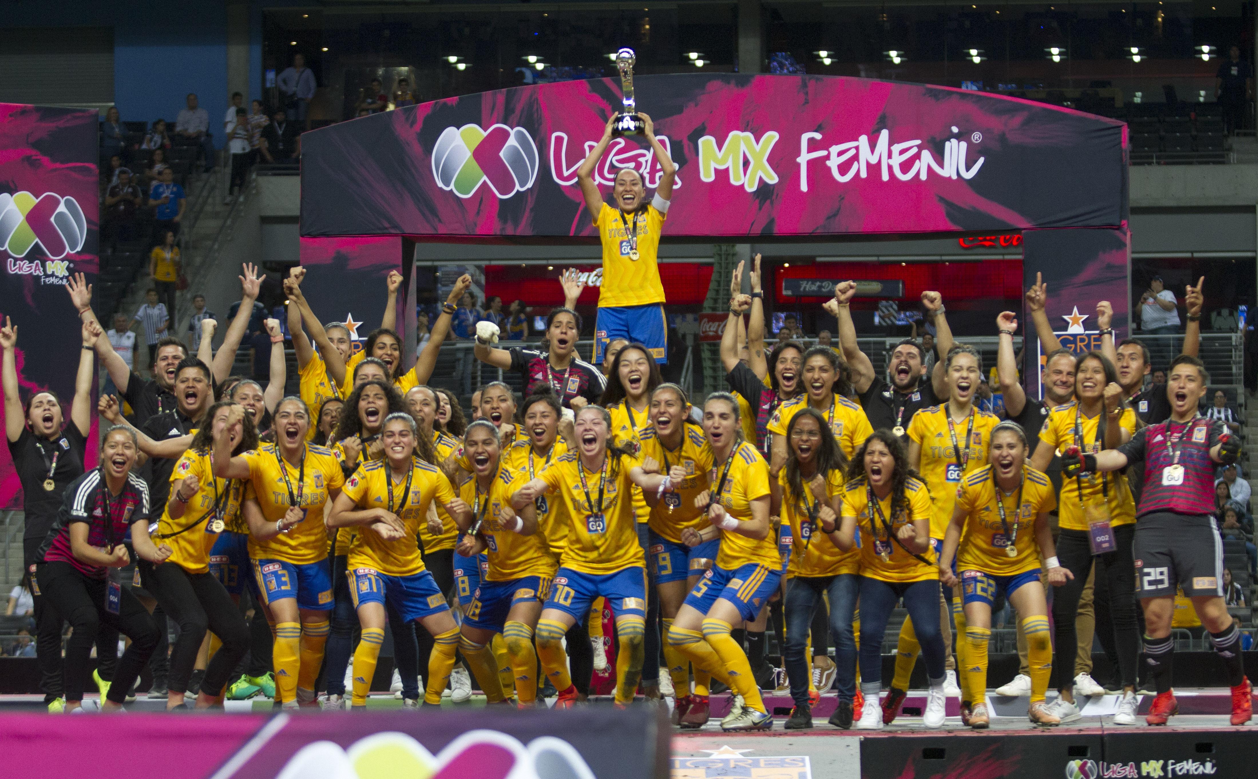 Jugadoras del equipo de Tigres Femenil, levantan la copa al ganar de visitantes 2 goles por 11 ante el equipo de las Rayadas del Monterrey, en el estadio BBVA Bancomer en la Liga MX Femenil, Clausura 2019 (Foto: Cuartoscuro)
