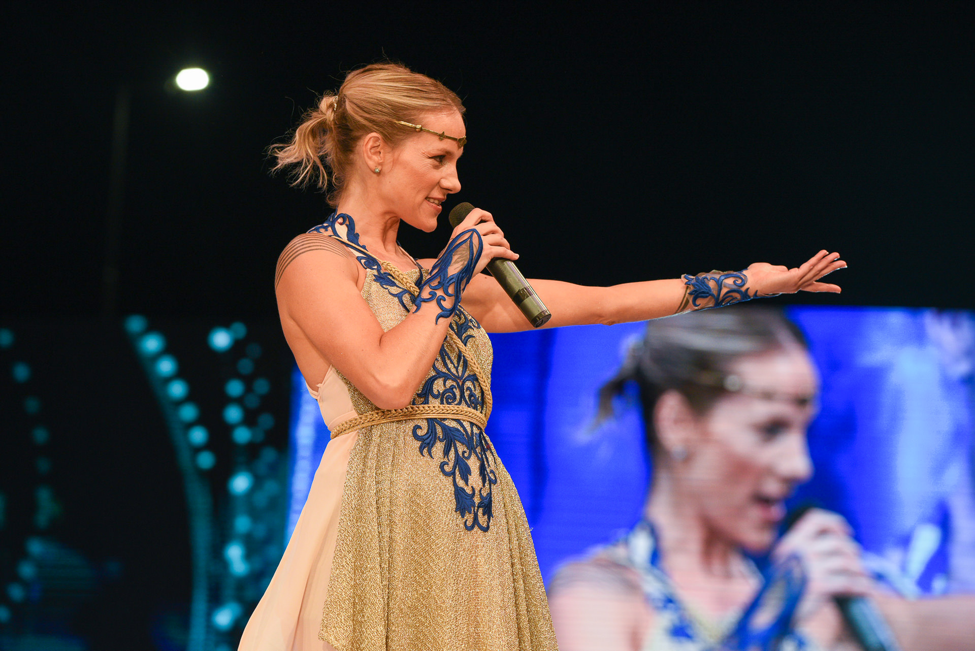 Virginia da Cunha, durante su segunda performance en el desfile con un look griego