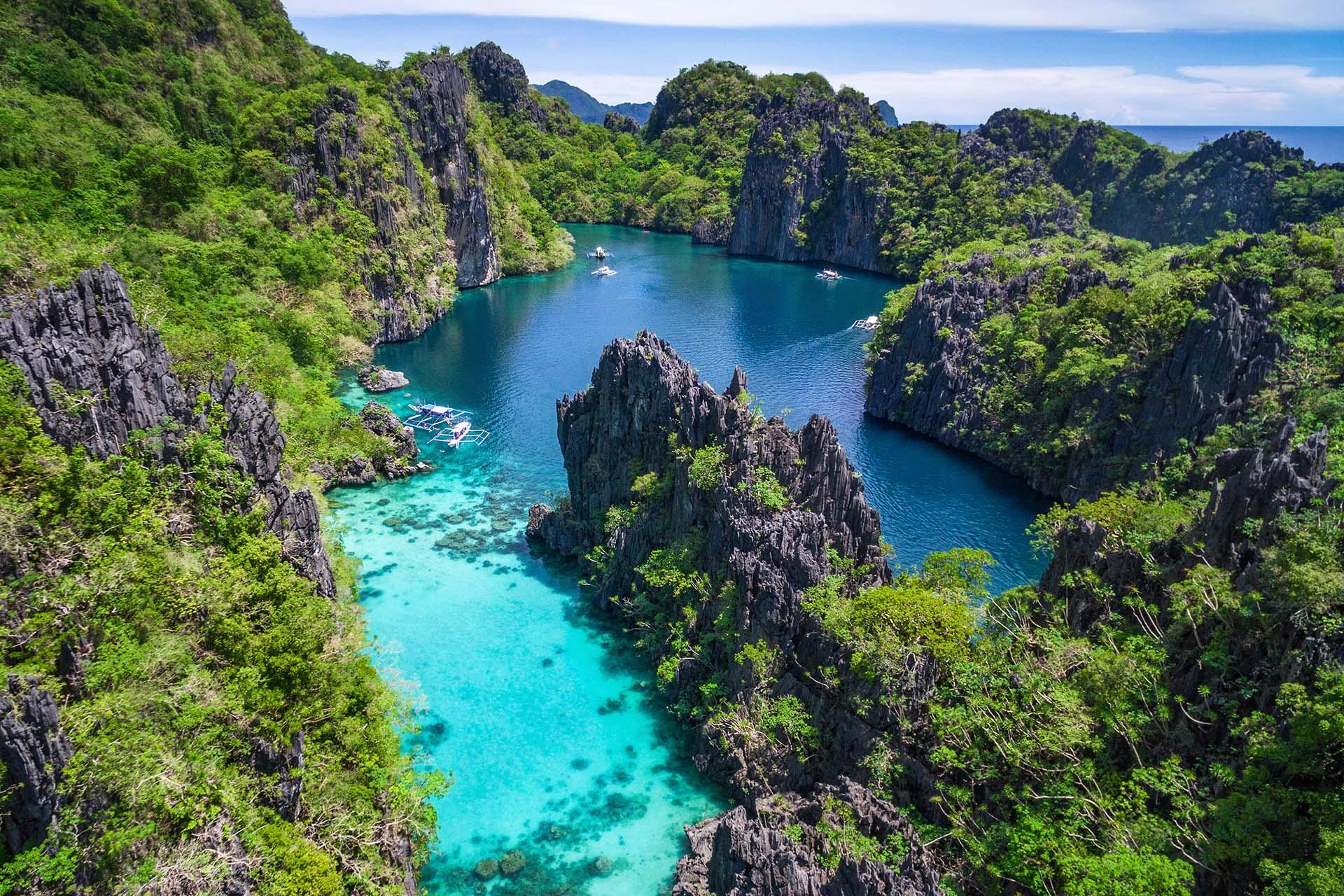 Con más de 7000 islas tropicales para elegir, Filipinas es una delicia para los amantes de la playa. Hay una isla para todos los gustos, desde manchas de arena abandonadas en medio del océano, hasta paisajes de fantasía volcánica que ocultan lagunas escondidas, hasta extensas mega islas como Luzón y Mindanao