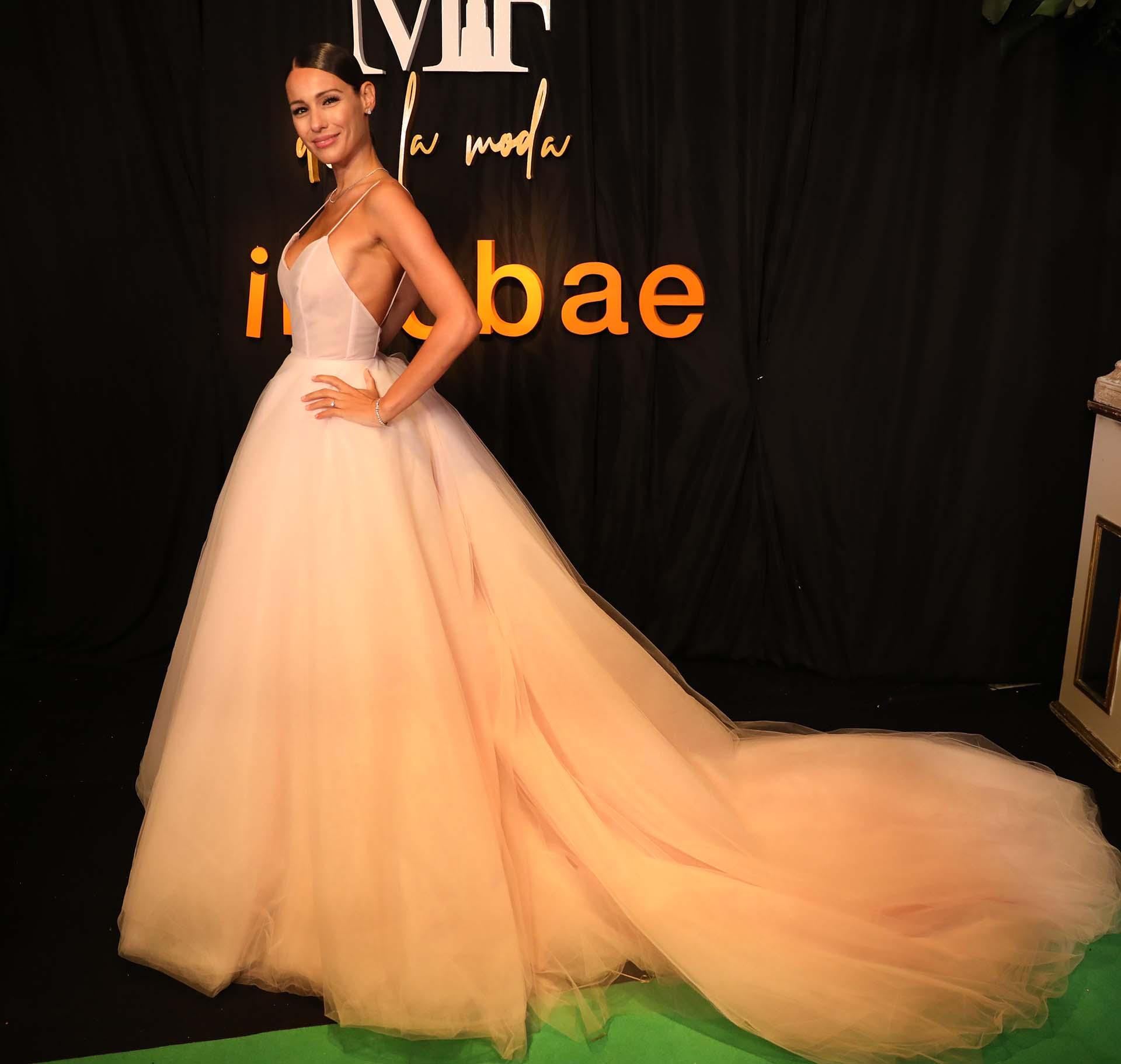 La modelo y conductora Pampita Ardohain en la green carpet con un vestido de Jorge Rey. Ella se quedó con la estatuilla a la mejor alfombra roja por lucir un vestido de María Gorof