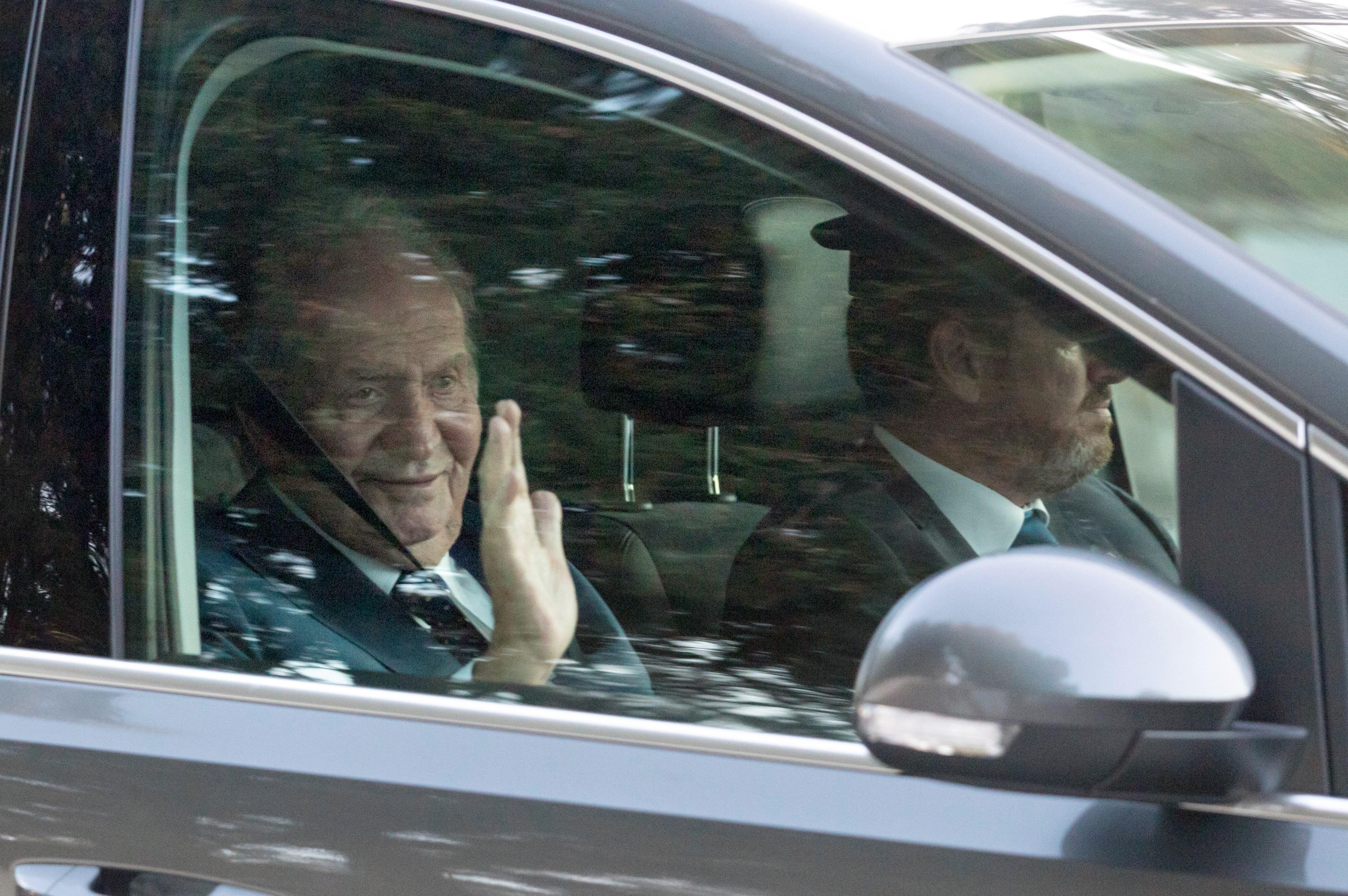 El rey Juan Carlos, invitado a la boda de Rafa Nadal y Mery Perelló, a su salida de la fiesta celebrada en la finca situada en la península de Punta Avançada, en Pollença, al norte de Mallorca. EFE/ Lliteres.