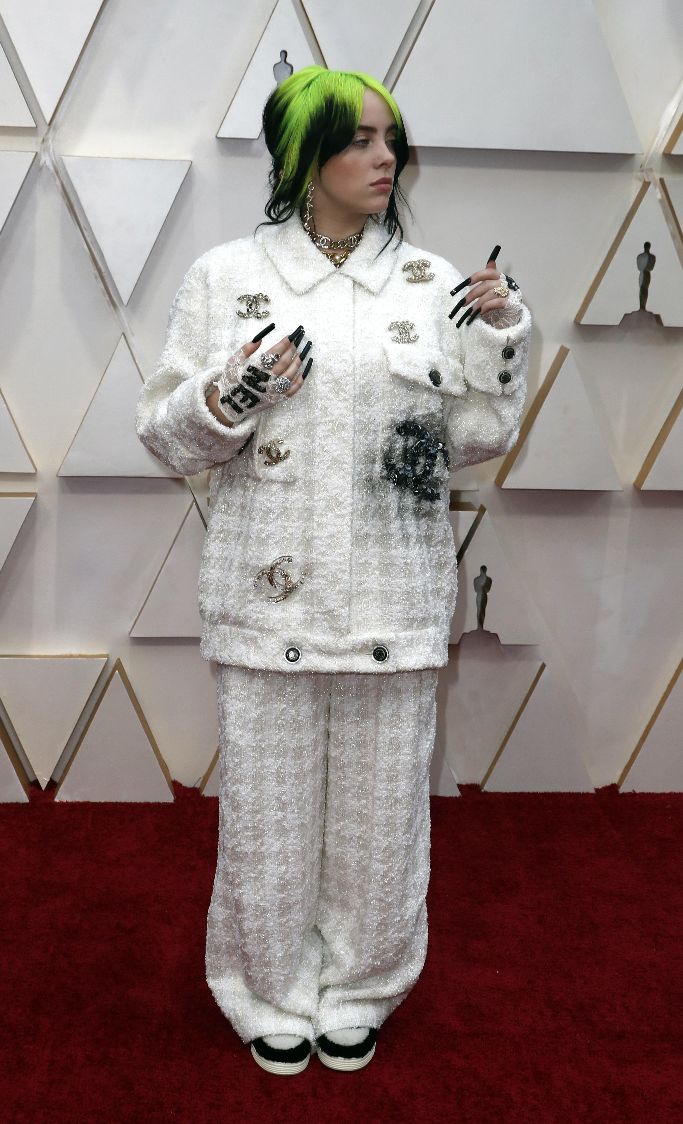 La cantante del momento Billie Eilish, lució un conjunto de Chanel en color blanco, con apliques bordados de la marca, deslumbró con su llegada en los Academy Awards en la edición número 92