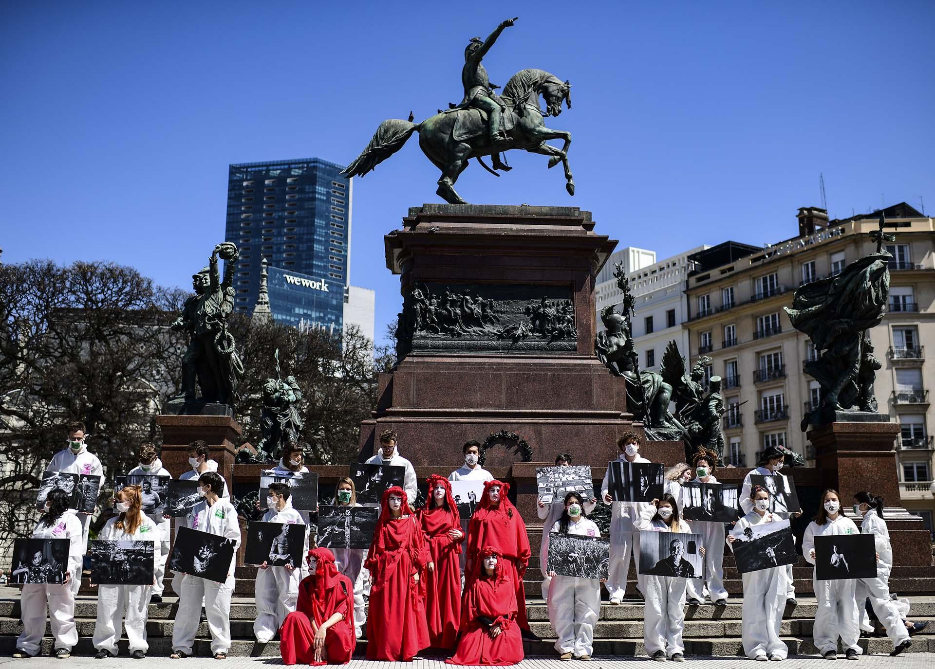 Los manifestantes participan en una manifestación convocada por el grupo activista contra el cambio climático Extinction Rebellion, en la plaza San Martín en Buenos Aires el 7 de octubre de 2019. (Foto de RONALDO SCHEMIDT / AFP)