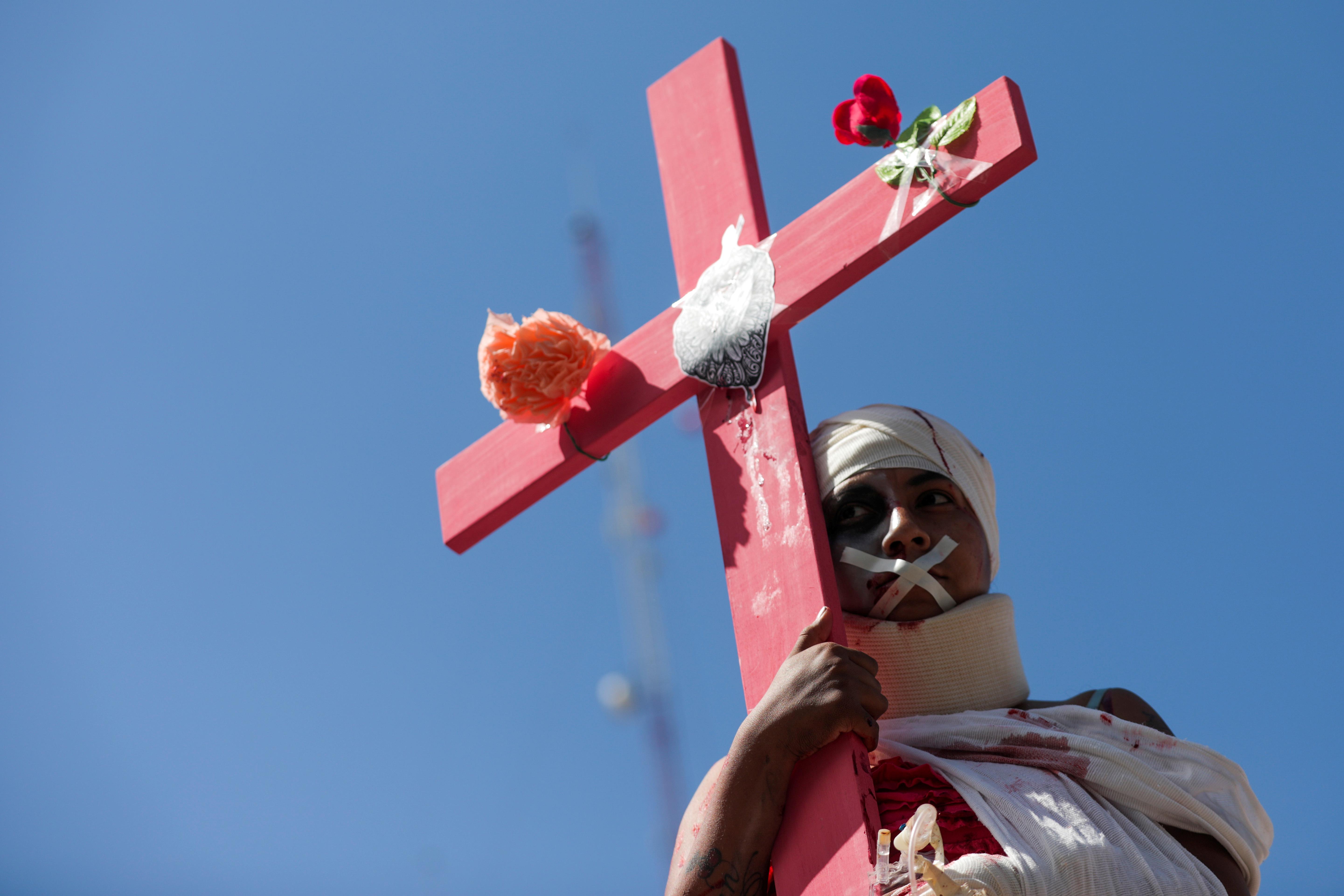 Una mujer presenta una actuación para conmemorar el Día Internacional de la Mujer y exigir justicia para las víctimas de violencia de género y feminicidios, en Ecatepec, en las afueras de la Ciudad de México (REUTERS / Luisa Gonzalez)