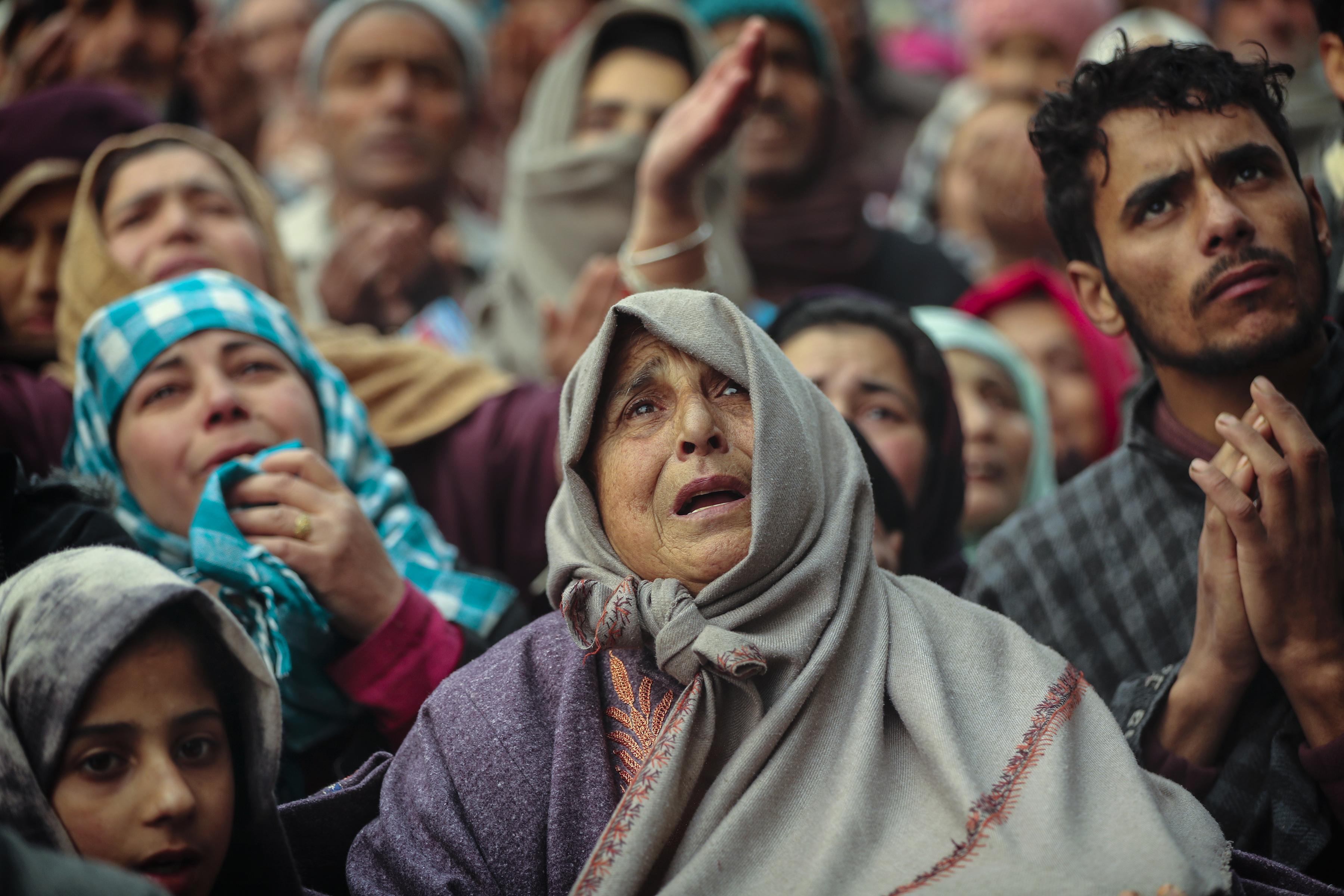 Los devotos musulmanes de Cachemira ofrecen oración fuera del santuario del santo sufí Sheikh Syed Abdul Qadir Jeelani en Srinagar, Cachemira controlada por la India, el 9 de diciembre de 2019. (Foto AP / Mukhtar Khan)