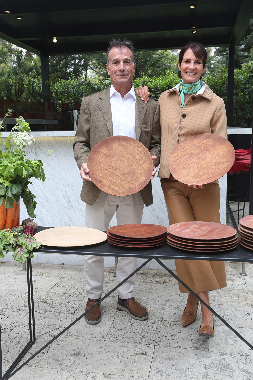 María Giménez lanzó MG Platos: con el foco en la calidad de la materia prima, un cuidadoso proceso de elaboración y un diseño simple y funcional, la diseñadora -que reinventó el clásico plato de madera- lanzó su nueva colección con un exclusivo almuerzo. En la foto, la acompaña su marido, Diego Miguens