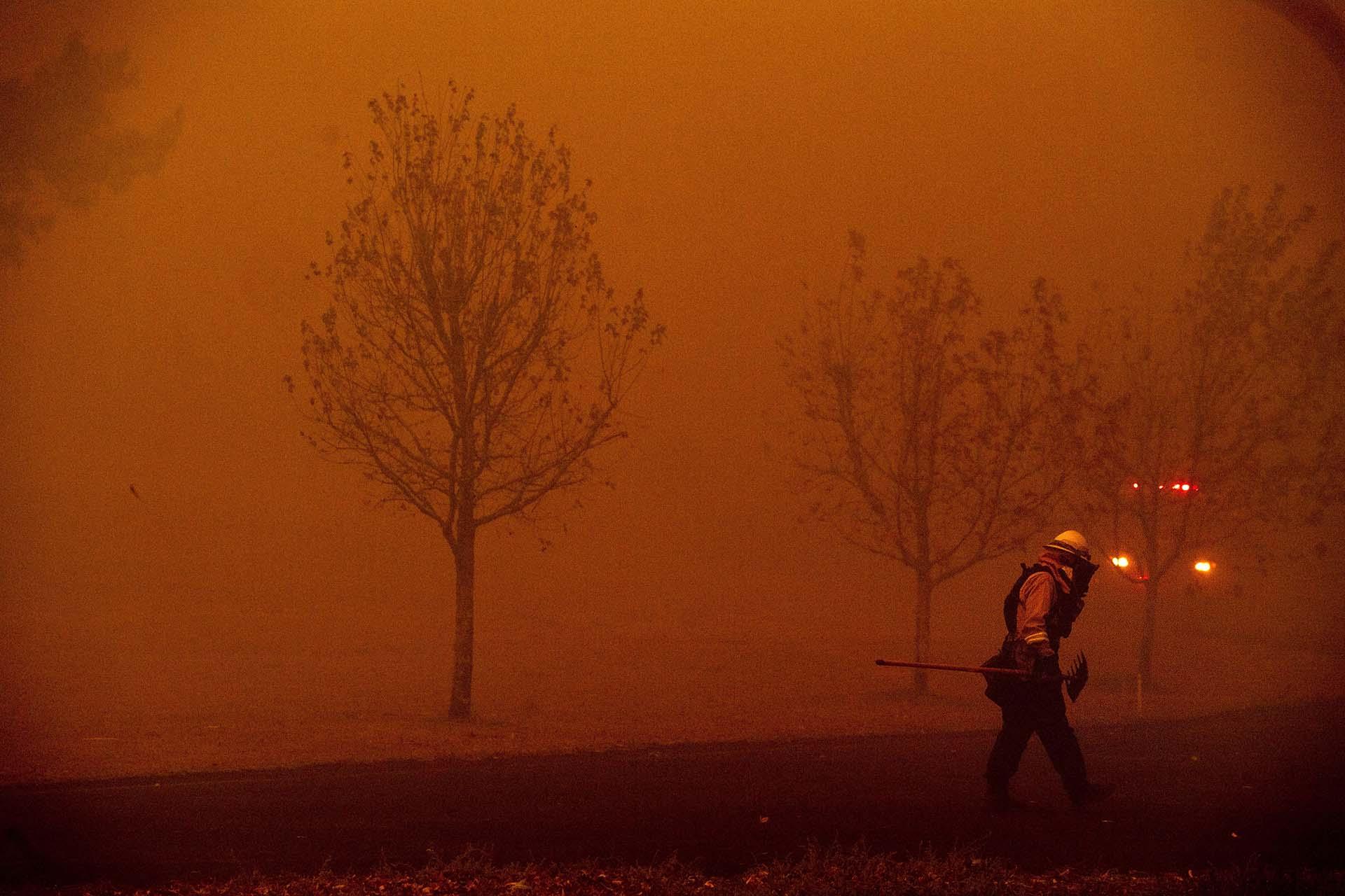 Un bombero lucha contra un incendio forestal llamado Kincade Fire en Healdsburg