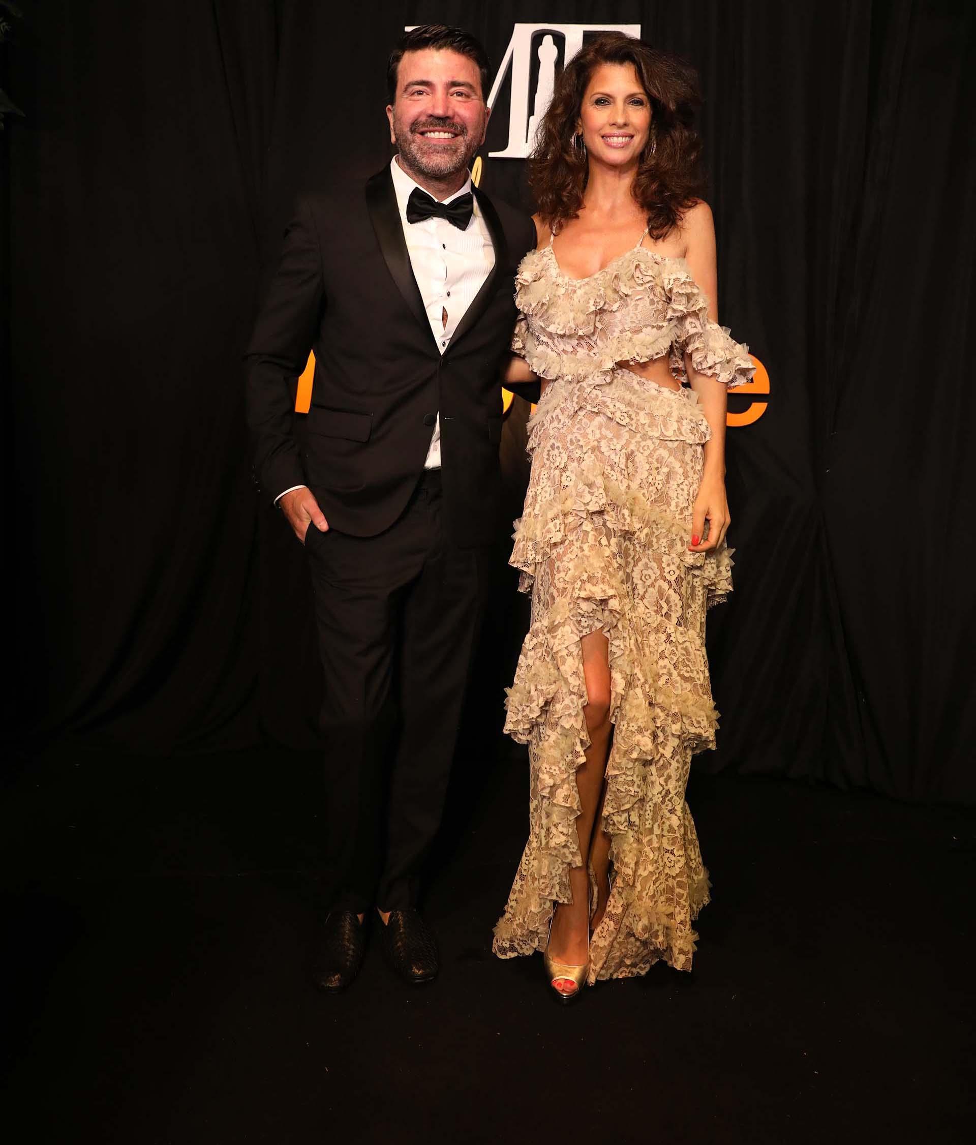 Javier Saiach junto con Analia Maiorana vistiendo uno de sus diseños