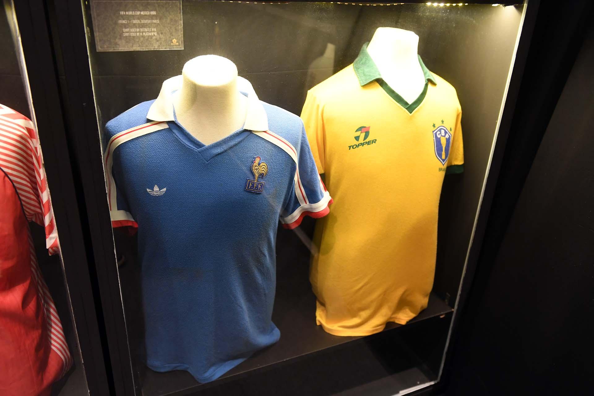 Las camisetas que usaron el francés Yannick Stopyra y el brasileño Branco en el 1-1 por los cuartos de final del Mundiala 86 (Nicolás Stulberg)