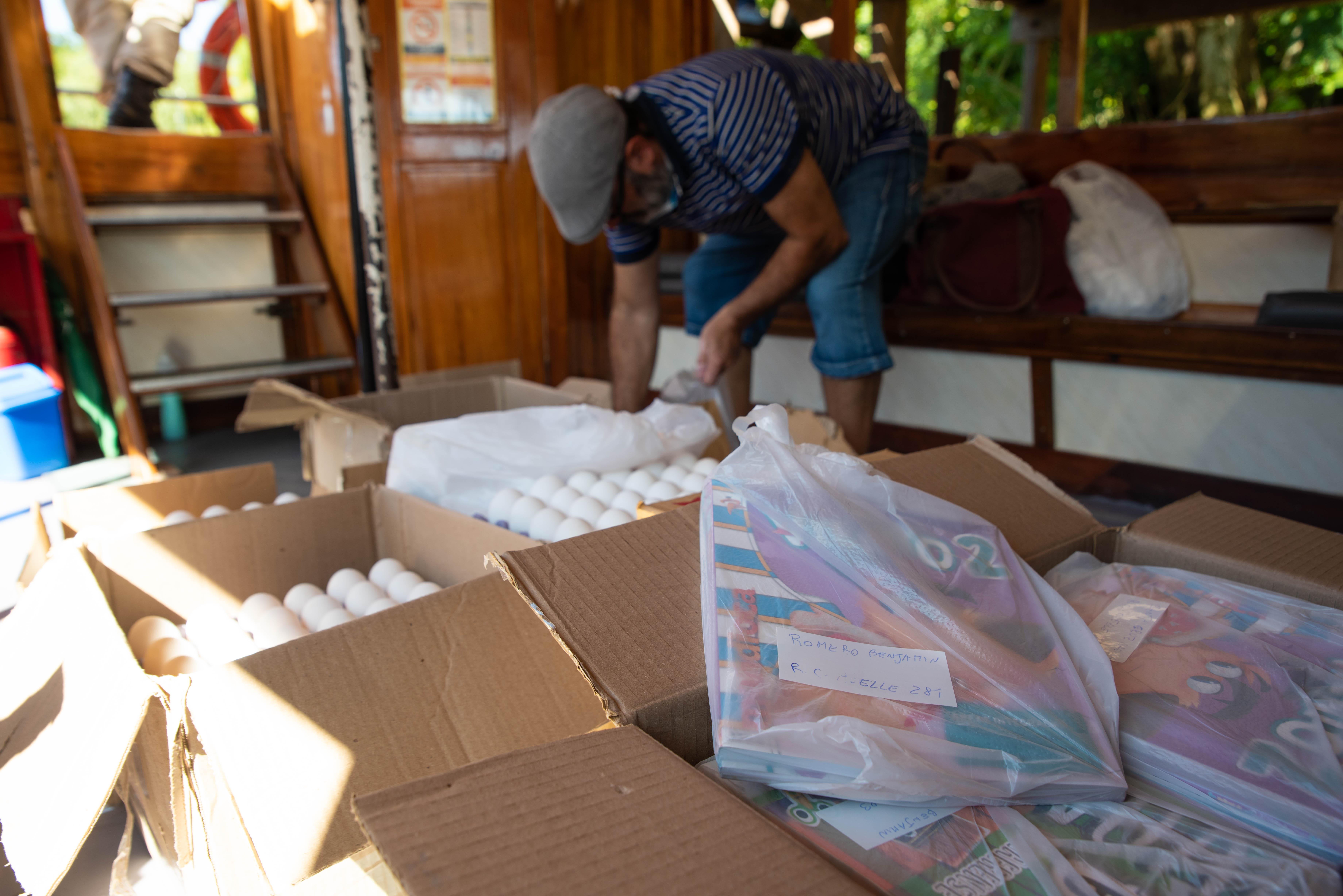 Uno de los docentes prepara los kits que fueron entregados a los estudiantes. (Foto: Franco Fafasuli)
