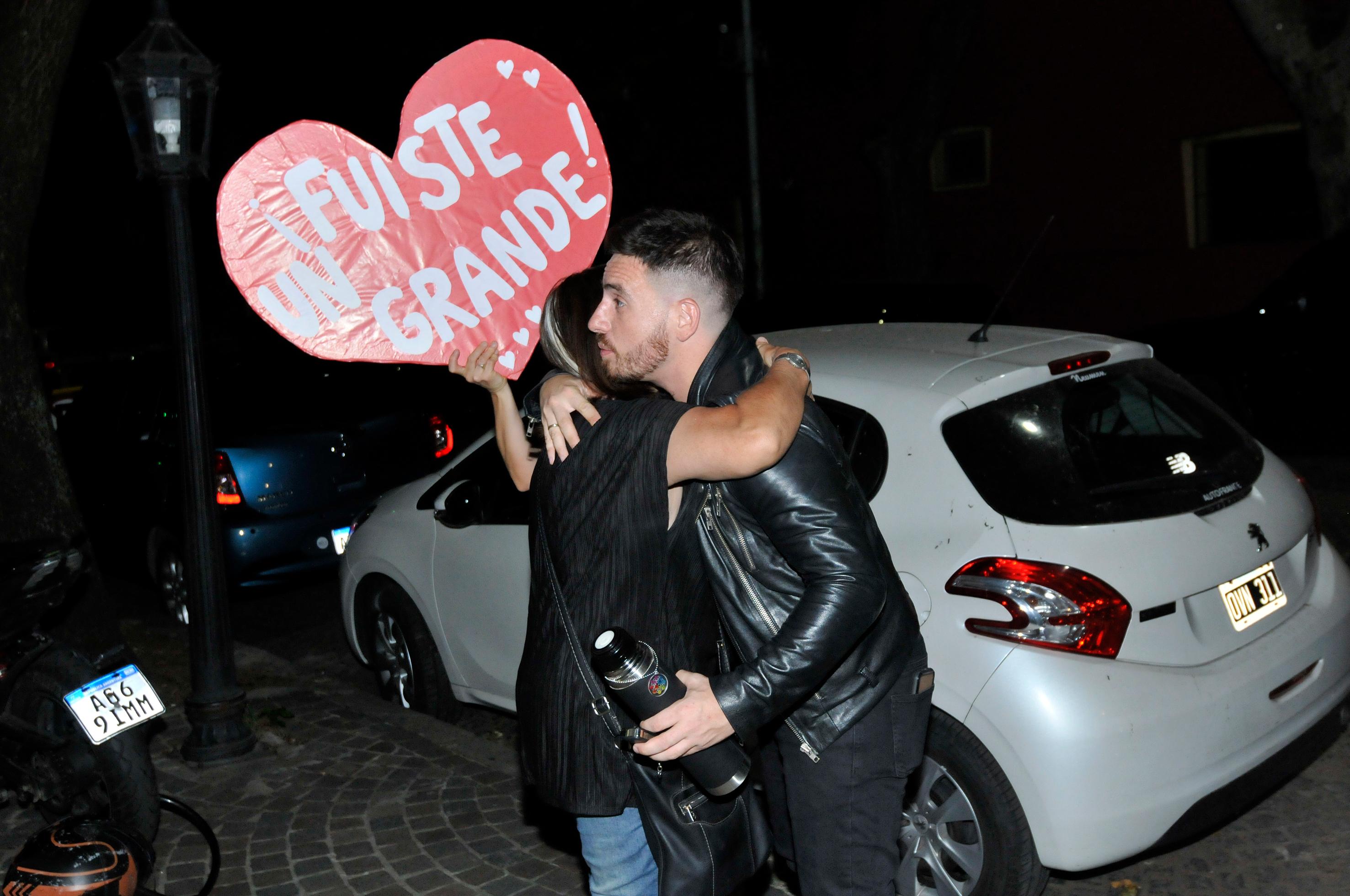 Fede Bal se abraza con una seguidora de su papá