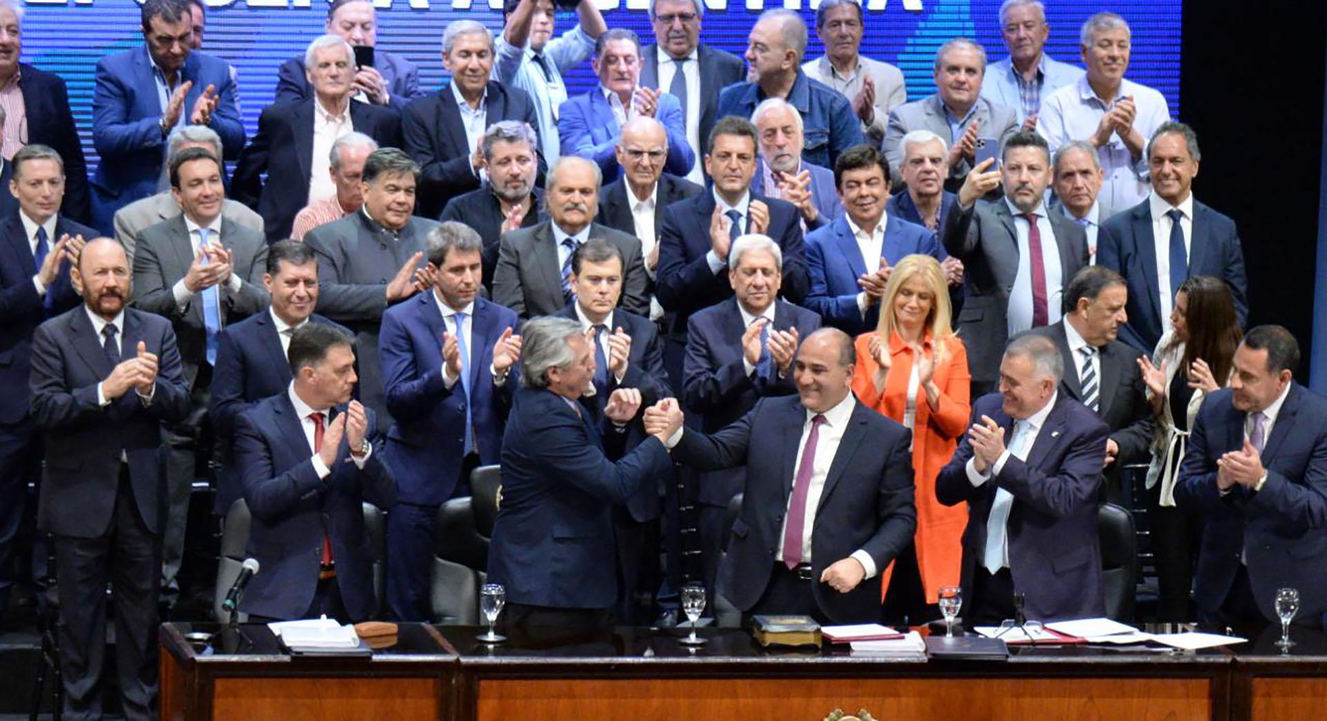 El día de la victoria no dejaron a muchos gobernadores subir al escenario. Al otro día, en Tucumán, Juan Manzur se cobró revancha y lo presentó a Alberto Fernández como el